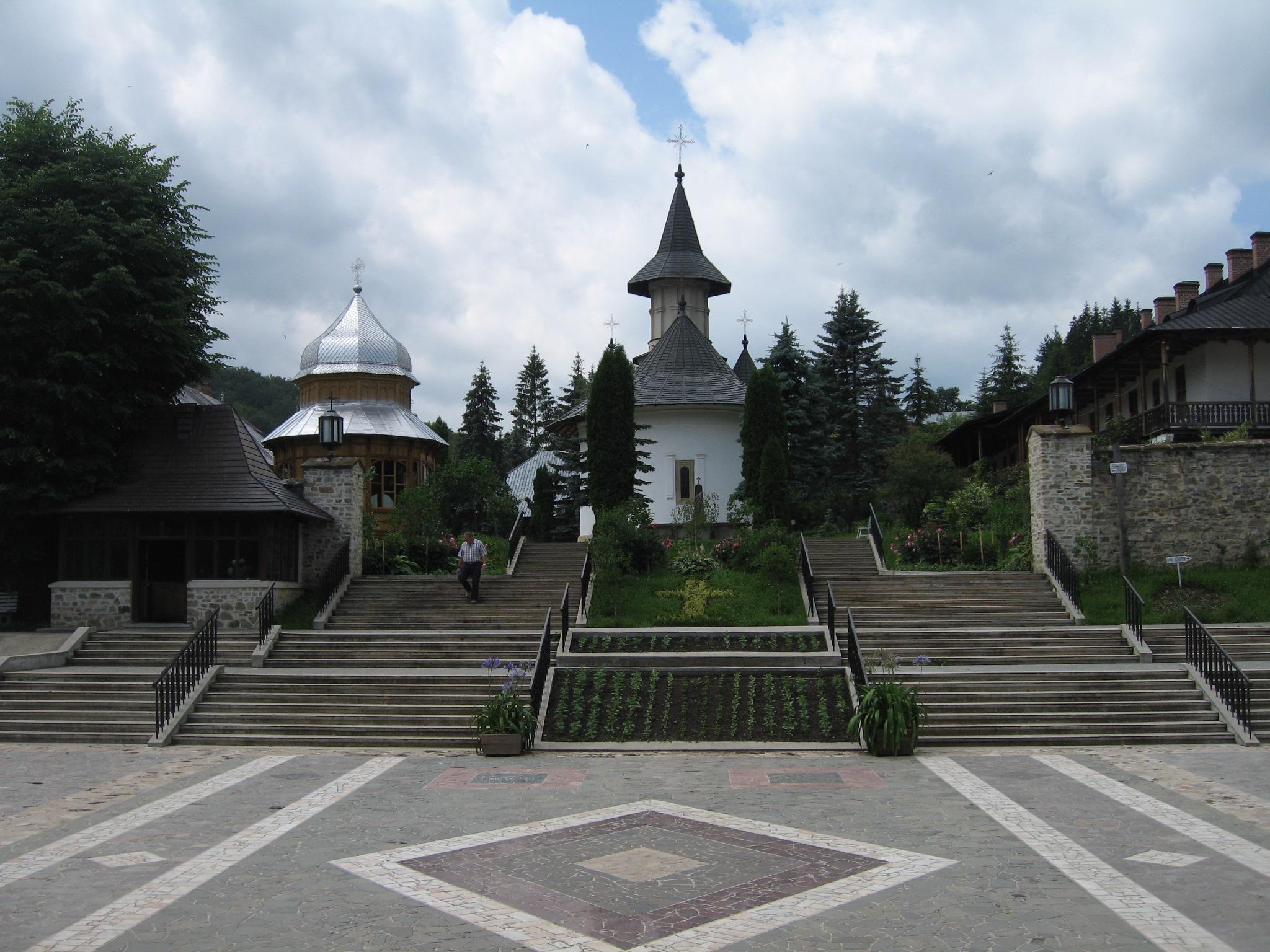 Fişier:Mănăstirea Sihăstria4.jpg