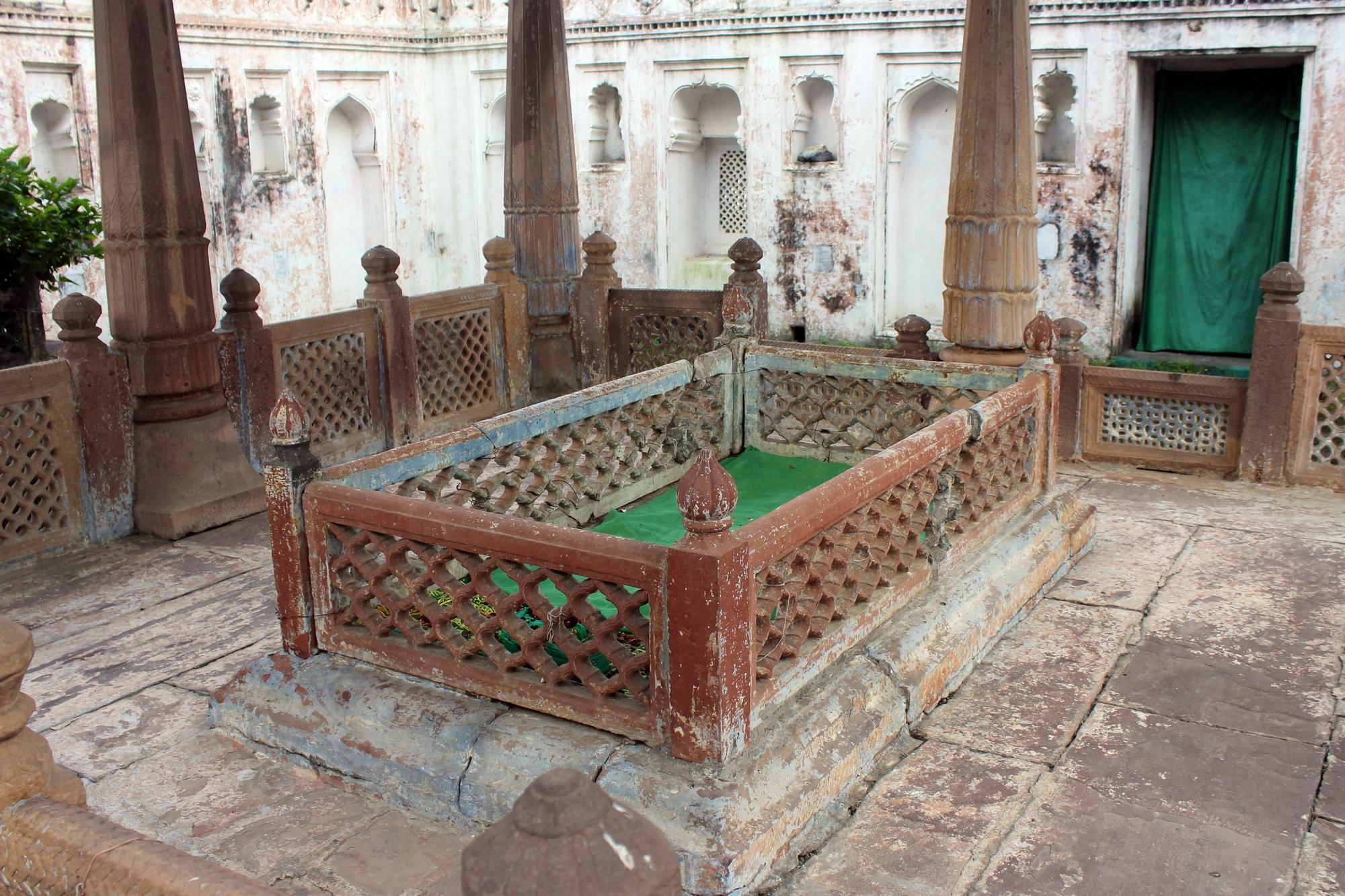mausoleum of dost khan bhopal.jpg