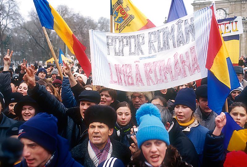 """""""Rumänisches Volk - rumänische Sprache"""". Proteste in Chişinău gegen die Gleichstellung des Russischen als zweite Amtssprache. (Bild: Kramar/fischka.com)"""