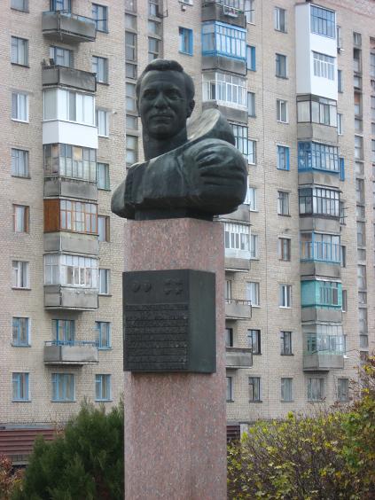 Пам'ятник космонавту в місті Олександрія, встановлений на площі Попова