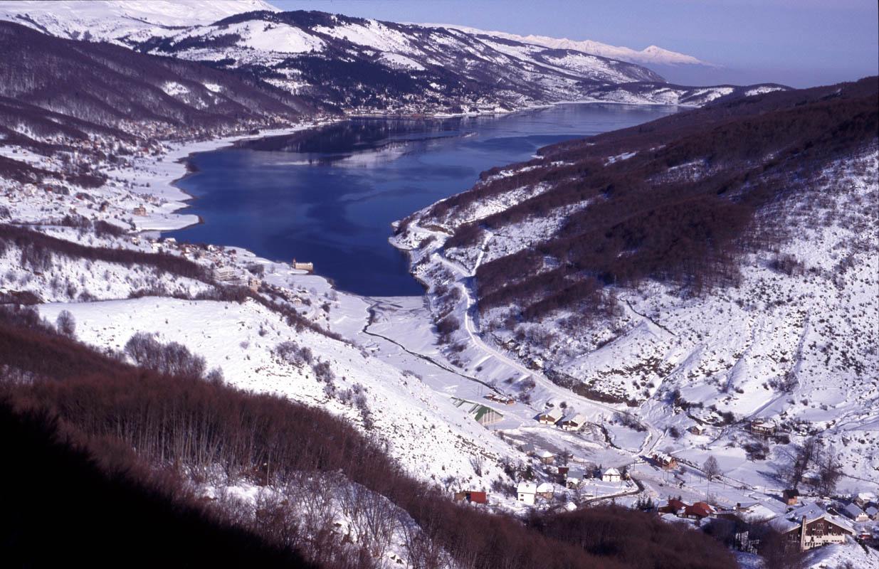 Makedonija Panoramic_image_of_Mavrovo,_Republic_of_Macedonia_in_winter