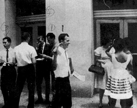 Oswald passing out 'Fair Play for Cuba' leaflets in New Orleans, August 16, 1963