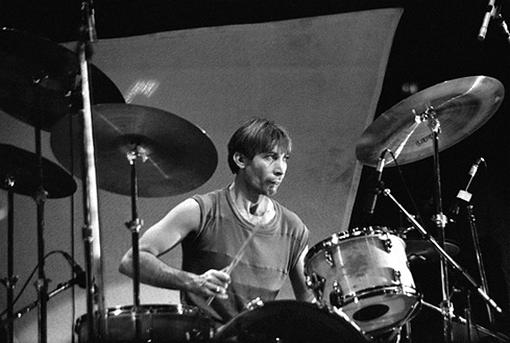 https://upload.wikimedia.org/wikipedia/commons/a/aa/Rolling_Stones_-_Charlie_Watts_(1981)-2.jpg
