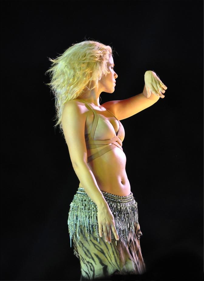 (12).jpg English: Shakira live at the 2011 Singapore Grand Prix. Date 25 September 2011, 12:26 Source Shakira doing a sexy columbian dance routine Author