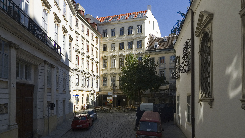 Wien 01 Schulhof a.jpg