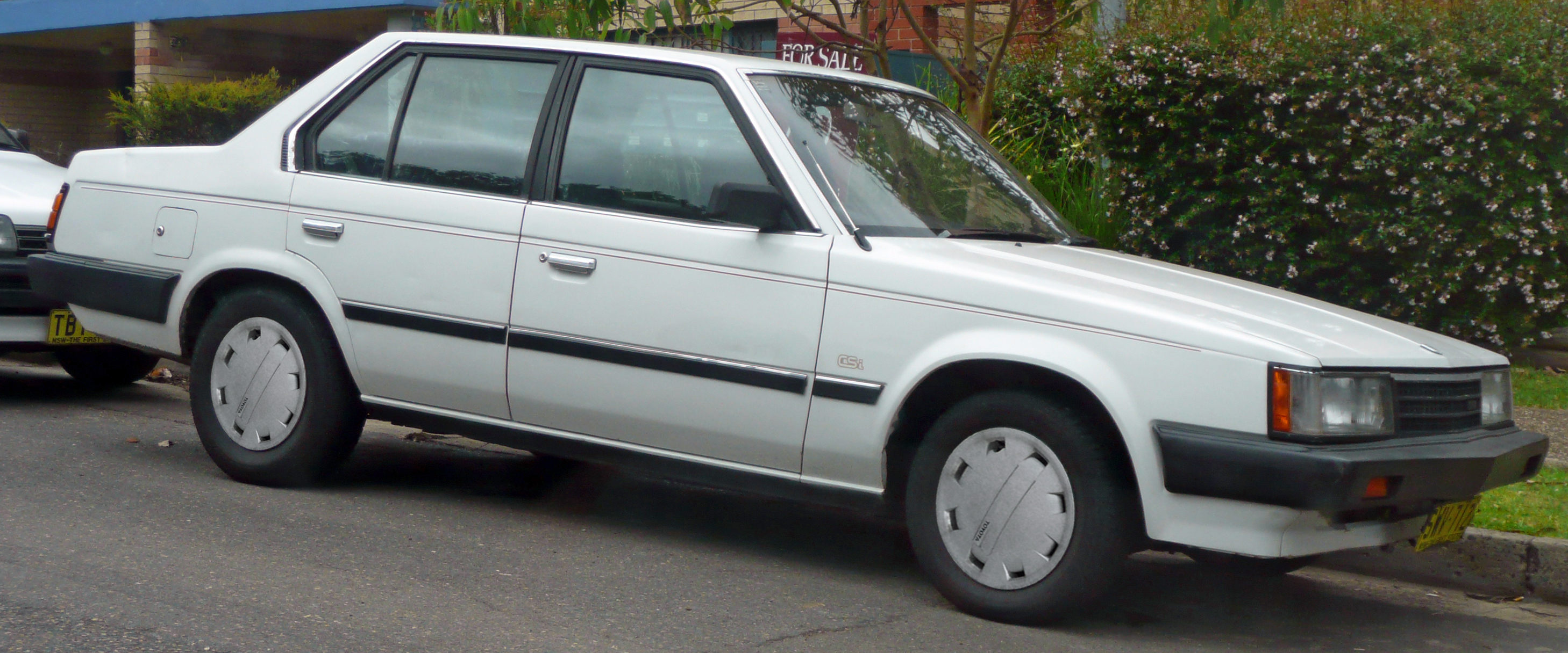 https://upload.wikimedia.org/wikipedia/commons/a/ab/1986_Toyota_Corona_%28RT142%29_CSi_sedan_%282009-01-03%29.jpg