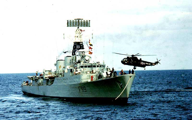 File:27 taking the tow to HMS Eskimo Sept 1975.jpg