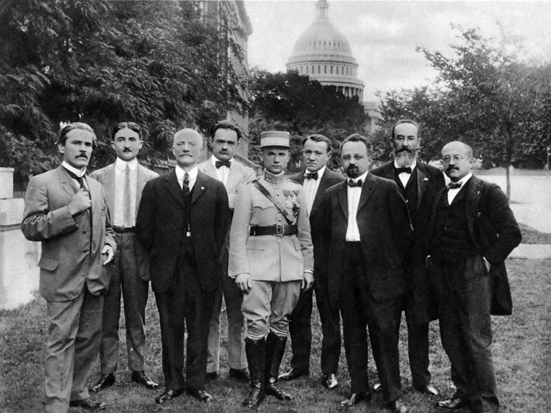 https://upload.wikimedia.org/wikipedia/commons/a/ab/75_%C5%A0tef%C3%A1nik_vo_skupine_na%C5%A1ich_politick%C3%BDch_spolupravon%C3%ADkov_vo_Washingtone_1917.jpg
