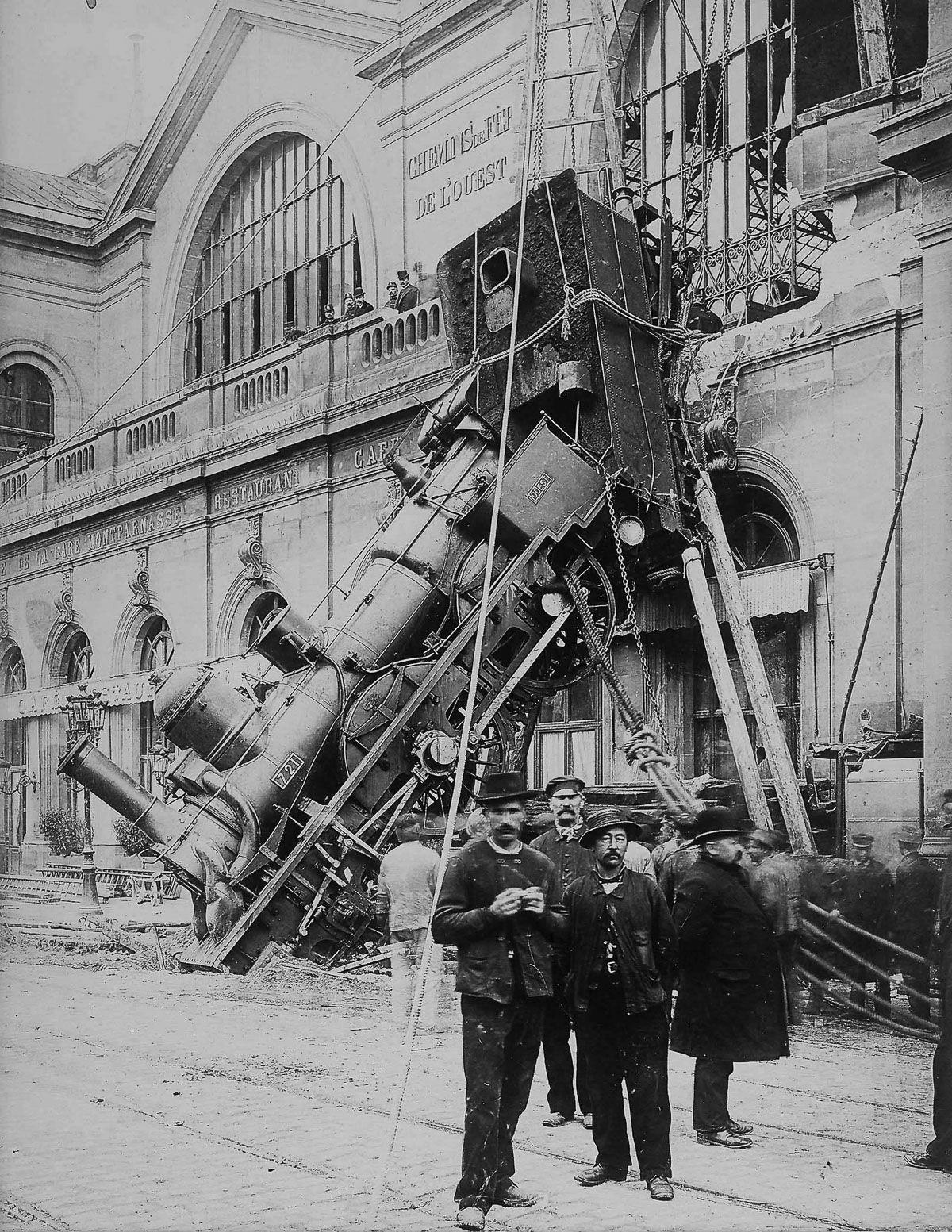 Vista de los restos del accidente de la estación de Montparnasse.