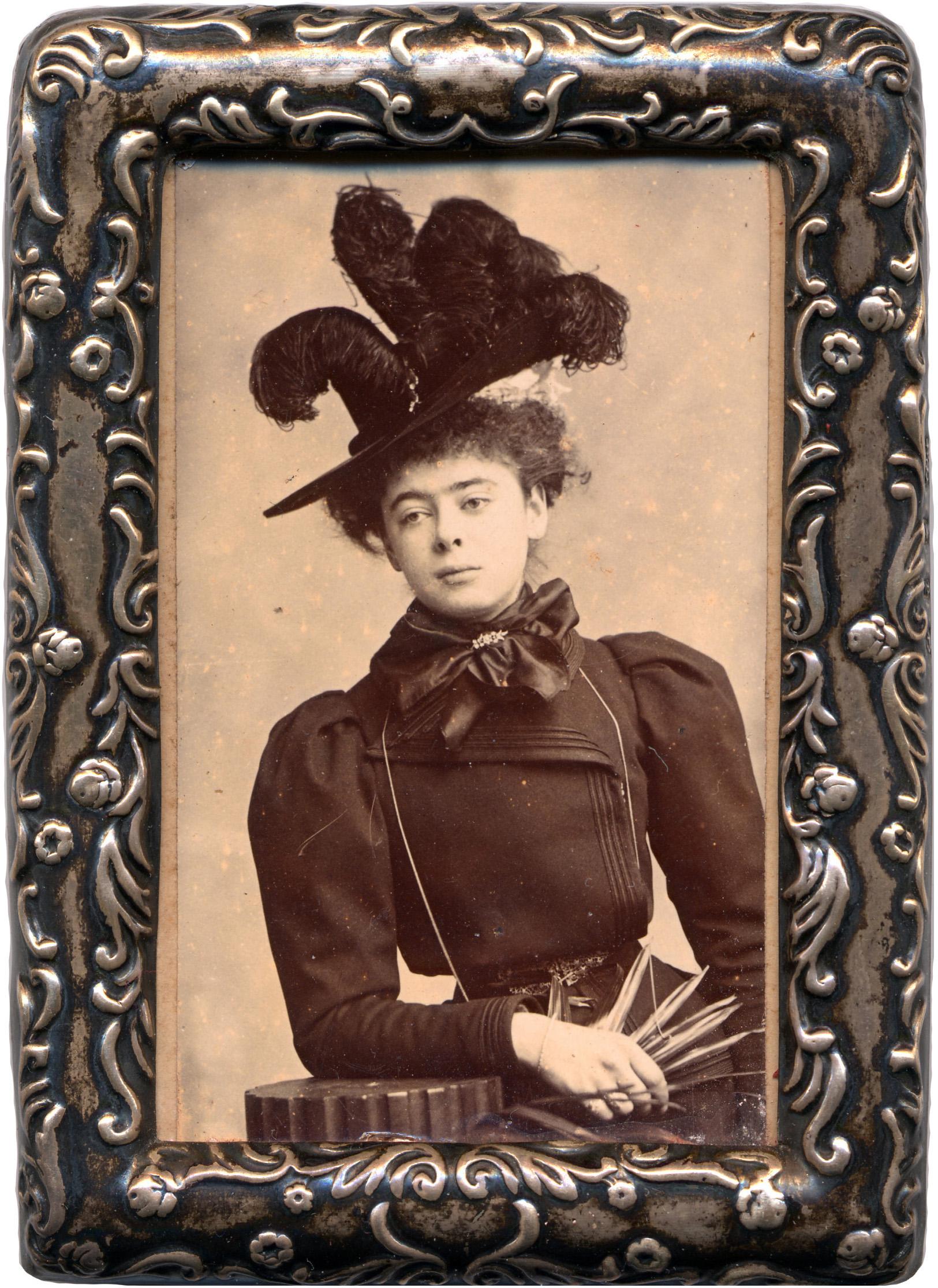 File:Alice Askew in feather hat - framed.jpg - Wikimedia Commons