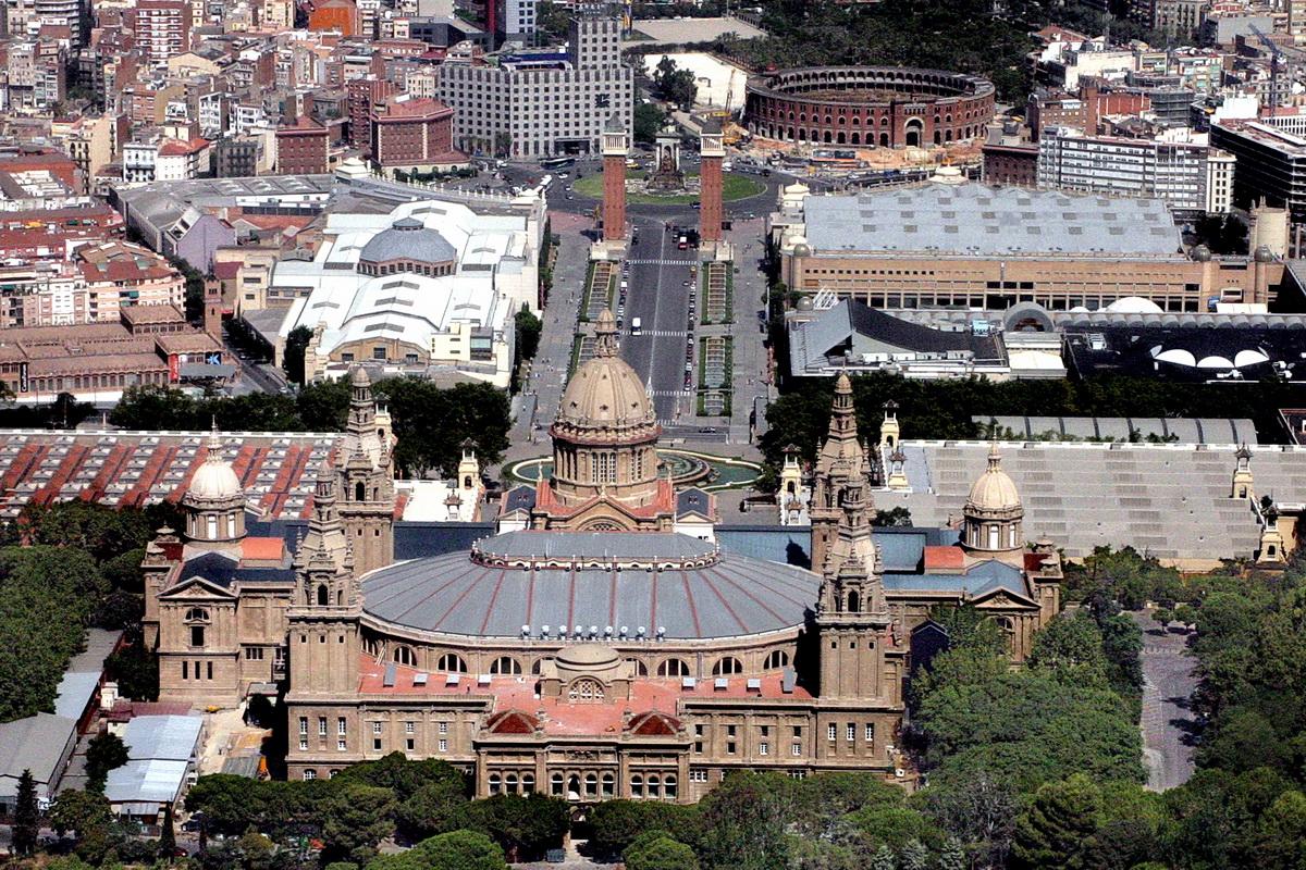 Vista posterior del Palau Nacional de Montjuïc a Barcelona. Imatge: Amadalvarez. Llicència Creative Commons Reconeixement 3.0 - No adaptada