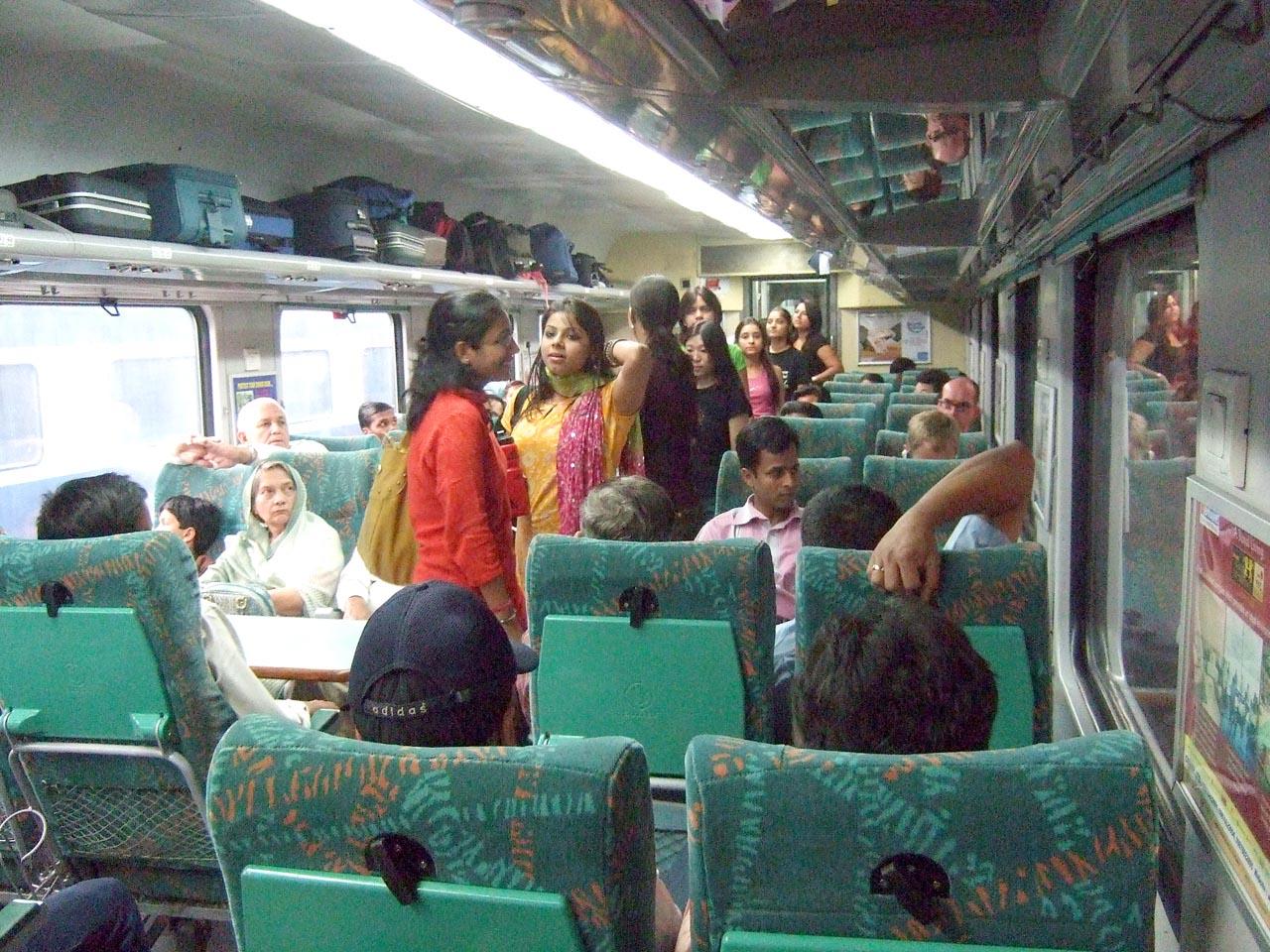 File Bhopal Shatabdi Express India Jpg Wikimedia Commons