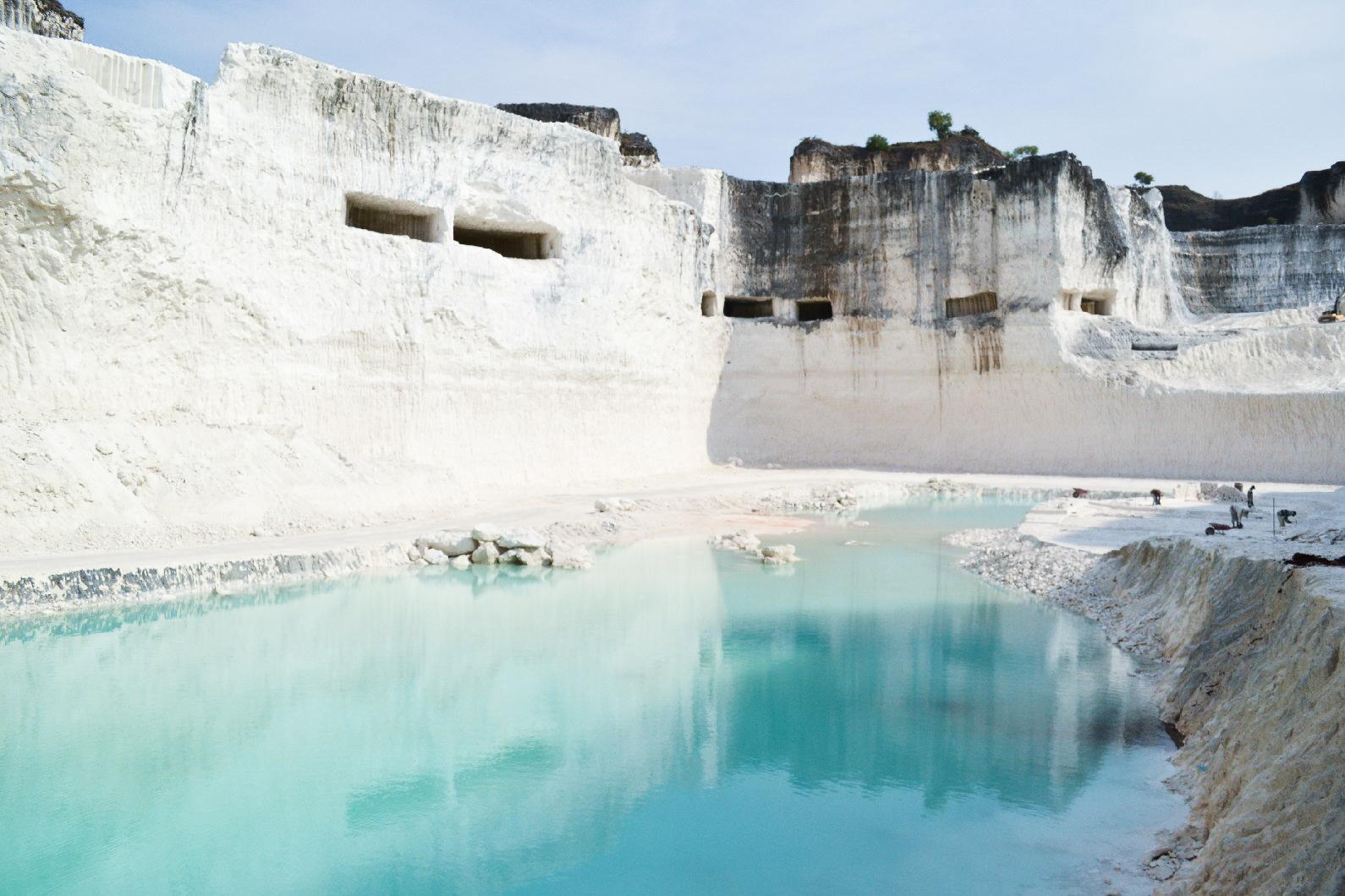 Birunya Kolam di Bukit Jaddih - 5 Wisata Bukit Kapur di Jawa Timur Eksotis