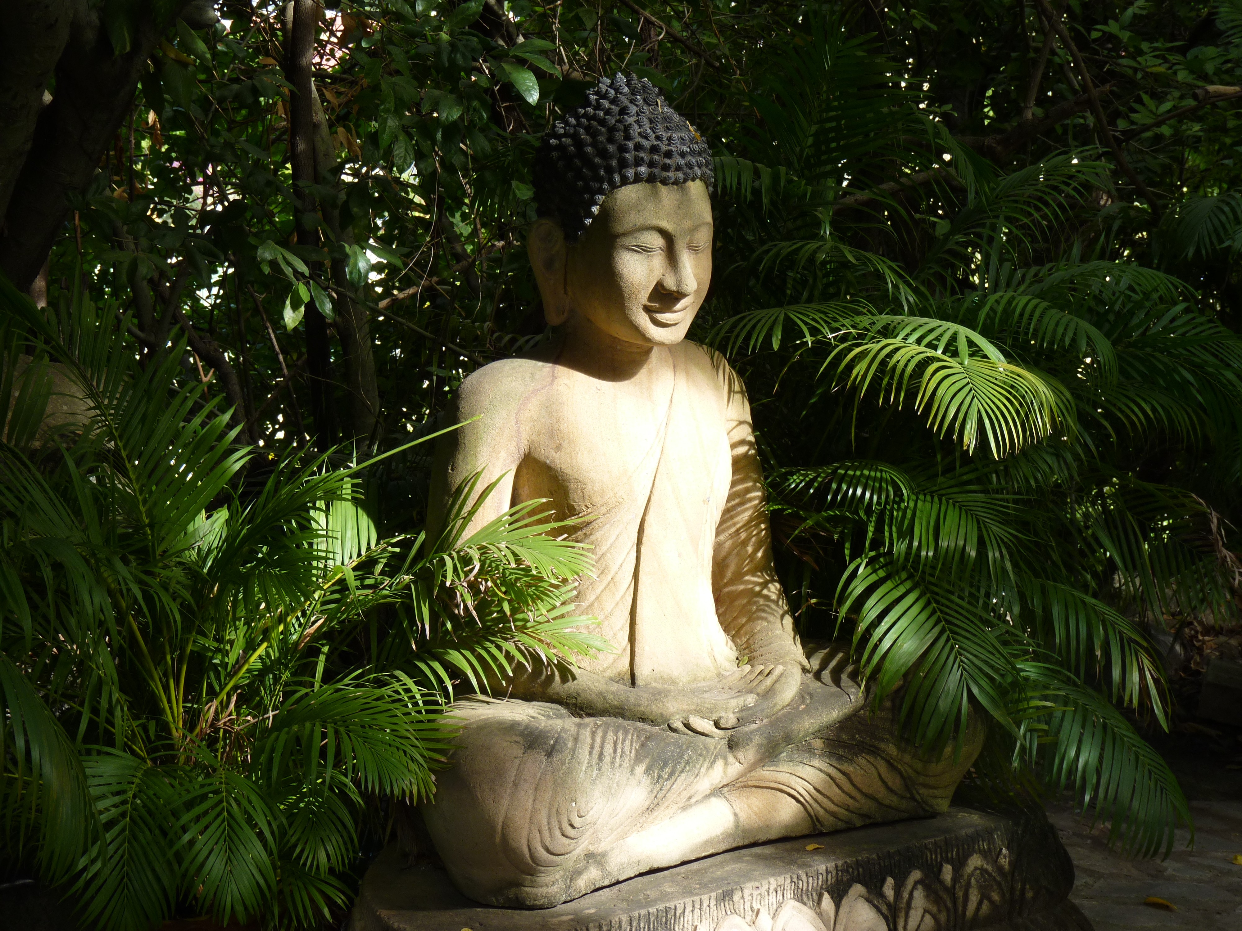 File:Buddha Sculpture In The Garden Of Silver Pagoda (Phnom Penh, Cambodia)