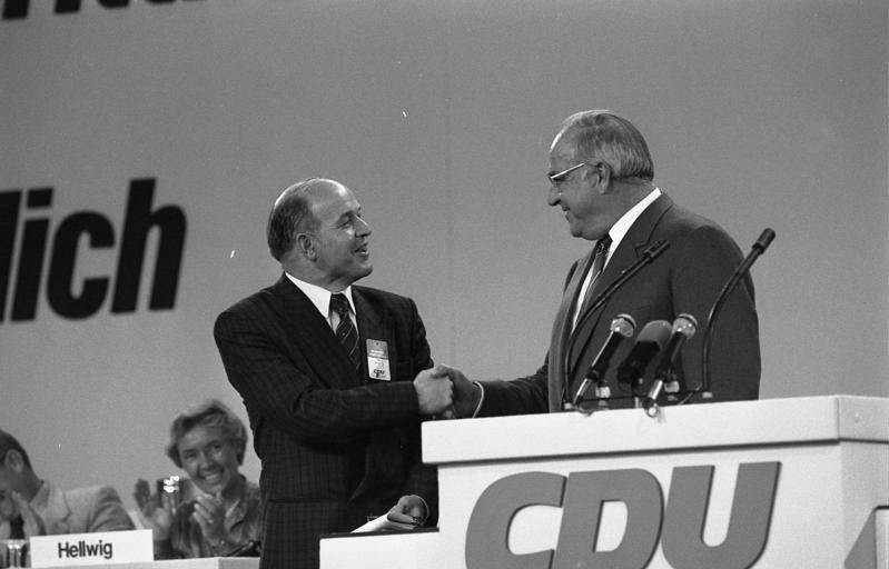 File:Bundesarchiv B 145 Bild-F073608-0022, Mainz, CDU-Bundesparteitag, Kohl, Spantz.jpg