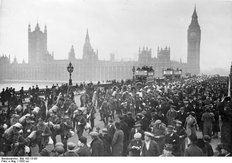 Soldats britanniques en route pour Shangai en 1932. Westminster dans le fond sous la brume.
