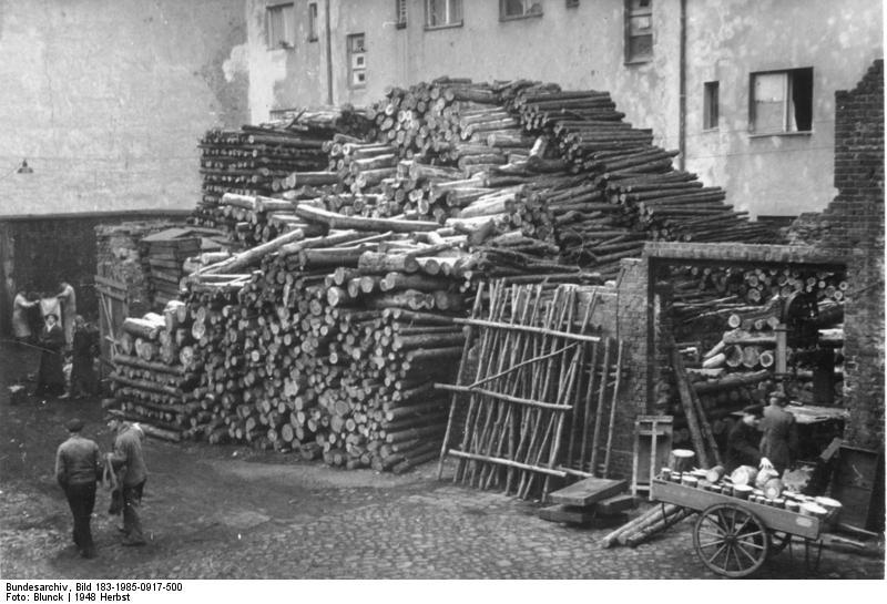 File:Bundesarchiv Bild 183-1985-0917-500, Berlin, Brennholz - Lager.jpg