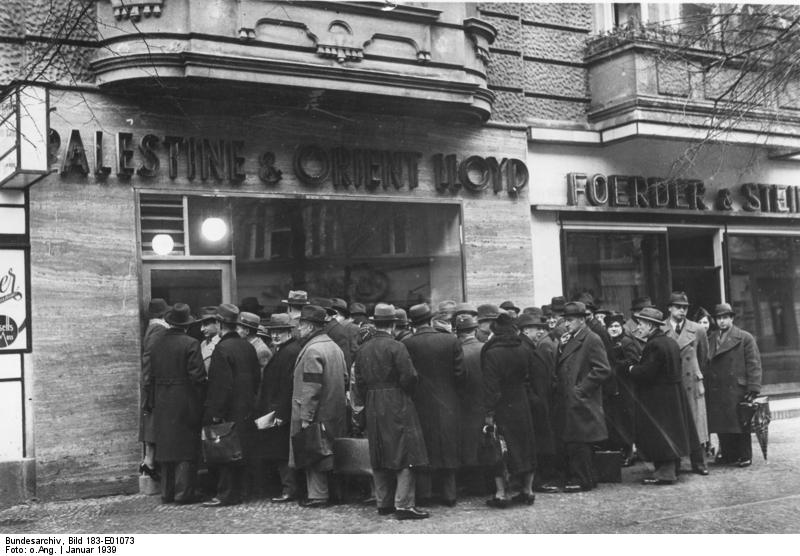 File:Bundesarchiv Bild 183-E01073, Berlin, Jüdische Auswanderer vor einem Reisebüro.jpg