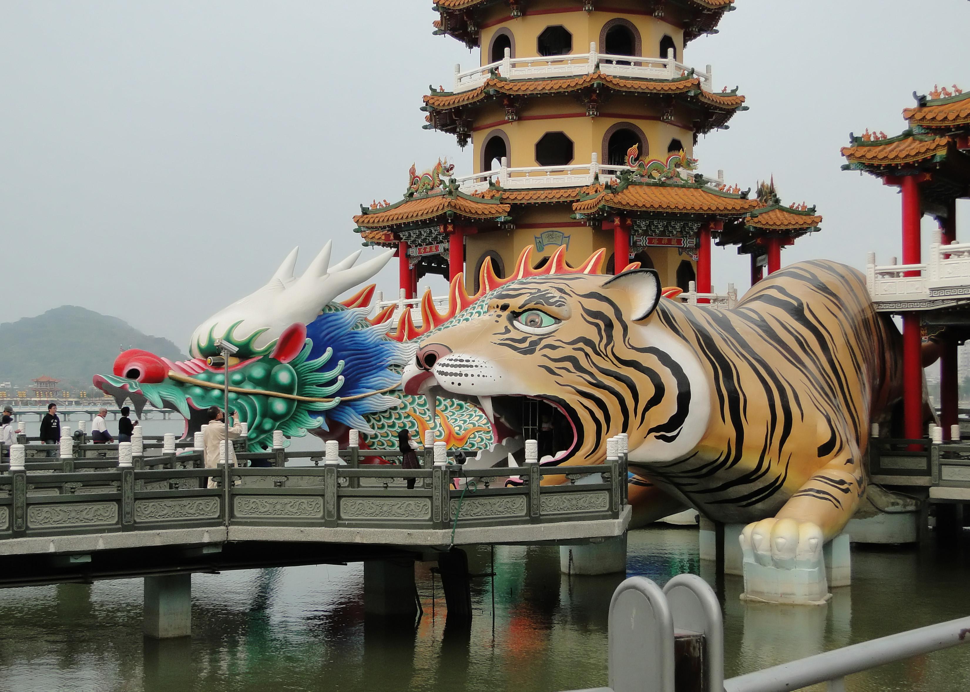Dragon and Tiger Pagodas 03.jpg