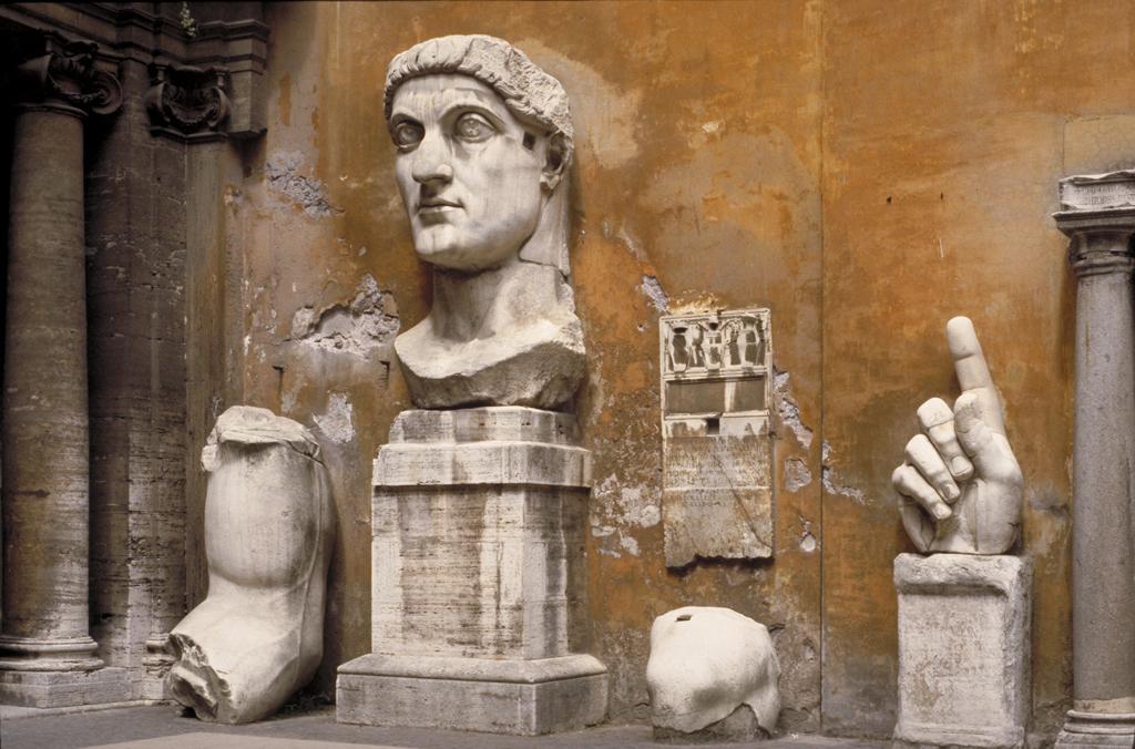 Fragment de statue de l'empereur Constantin (vers 313-315) au Palazzo dei Conservatori à Rome - Photo de MCAD Library
