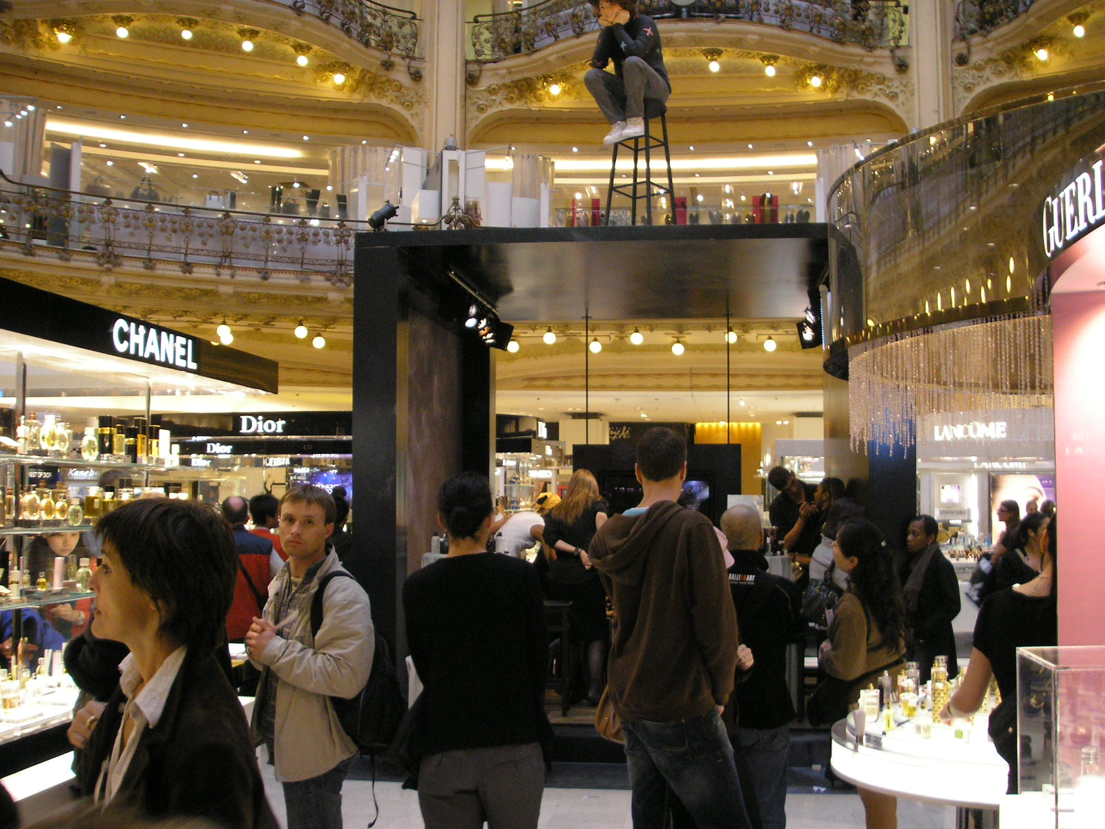 https://upload.wikimedia.org/wikipedia/commons/a/ab/Galeries_Lafayette_Paris_interieur_Oct_2007_005.jpg
