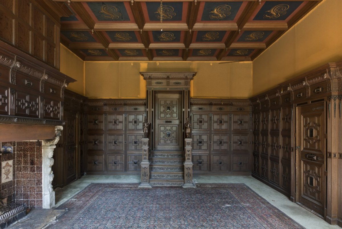 File interieur overzicht grote salon met houten lambrisering en cassetteplafond en een - Interieur gevelbekleding houten ...