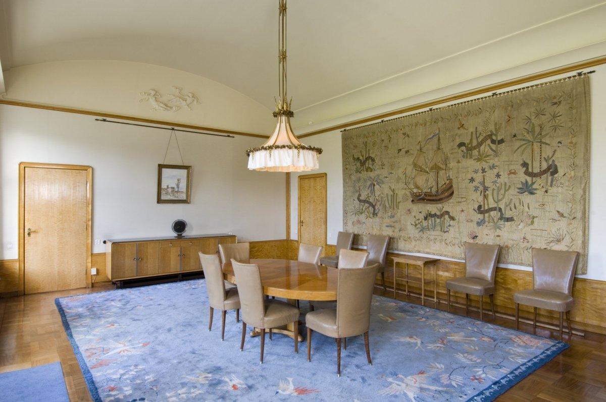 File interieur overzicht van de eetkamer met wandtapijt en meubilair gelegen aan de - Deco van de eetkamer ...