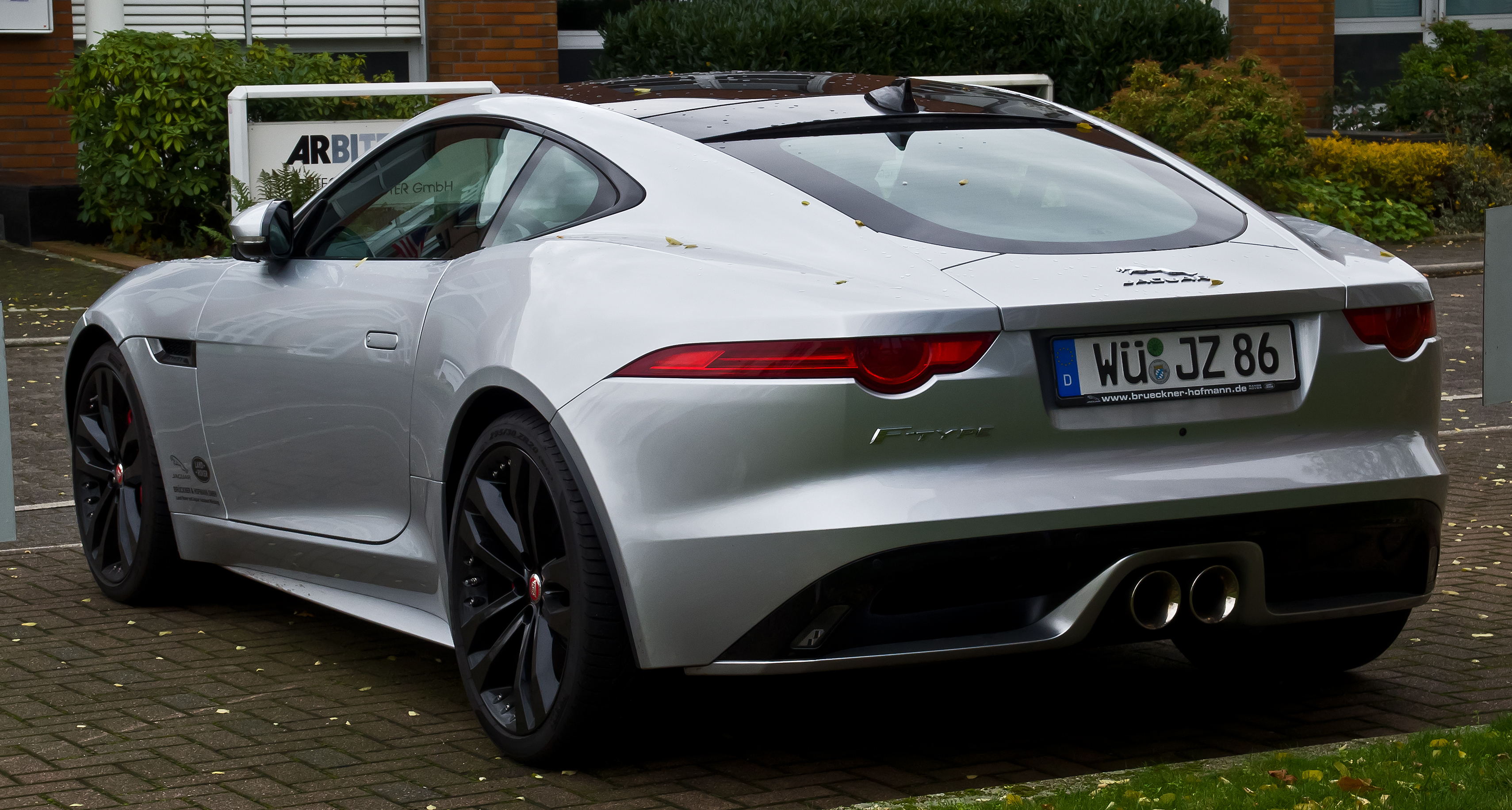 file jaguar f type coup heckansicht 7 november 2015 wikimedia commons. Black Bedroom Furniture Sets. Home Design Ideas