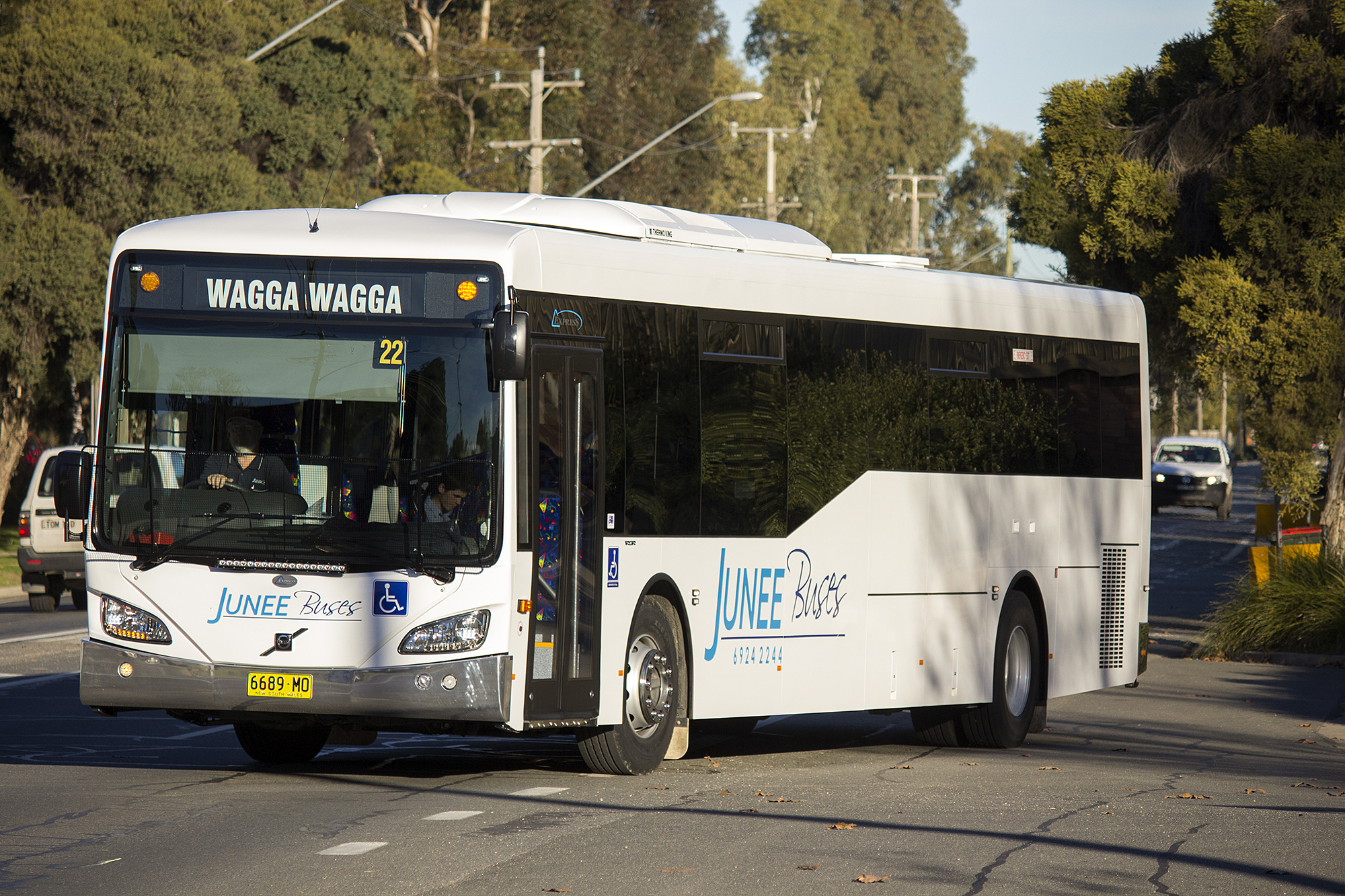 El juego de las imagenes-http://upload.wikimedia.org/wikipedia/commons/a/ab/Junee_Buses_(6689_MO)_Express_bodied_Volvo_B7RLE_on_Tarcutta_Street,_Wagga_Wagga.jpg