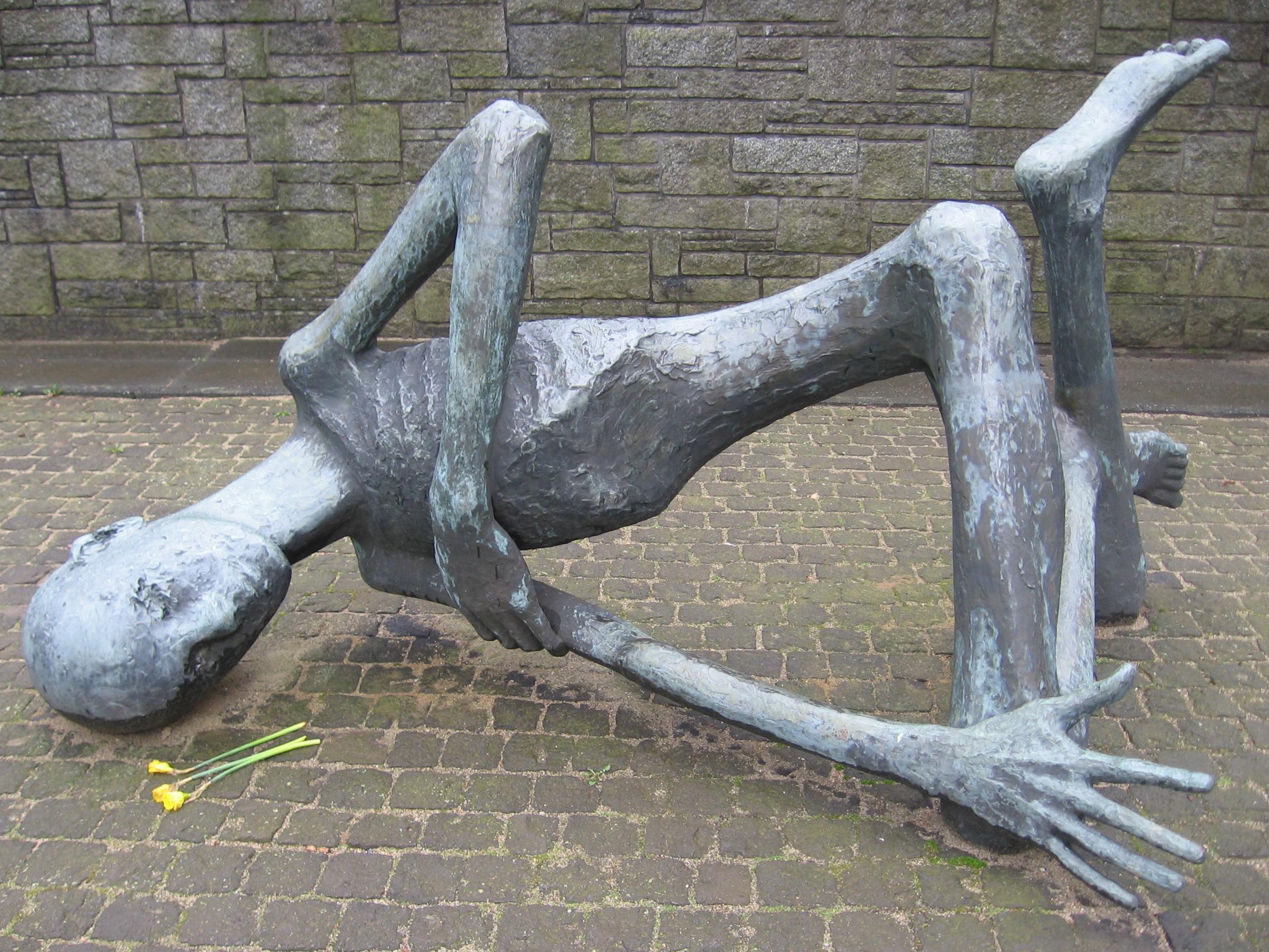 KZ Neuengamme Gedenk Skulptur.jpg