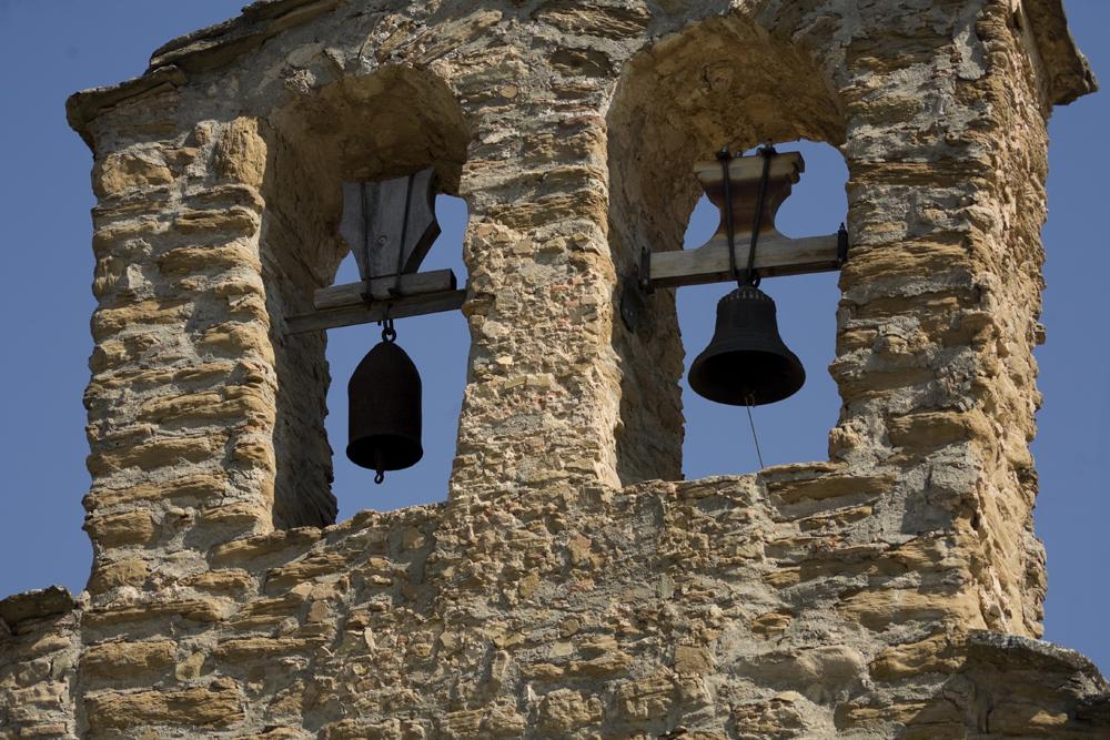 Campana d'obús i campana de fosa de l'espadanya de Santa Maria de Palau de Rialb, La Baronia de Rialb. La Noguera, Lleida. Catalunya. Montsec de Rúbies. Fotografia de Wikipedia.