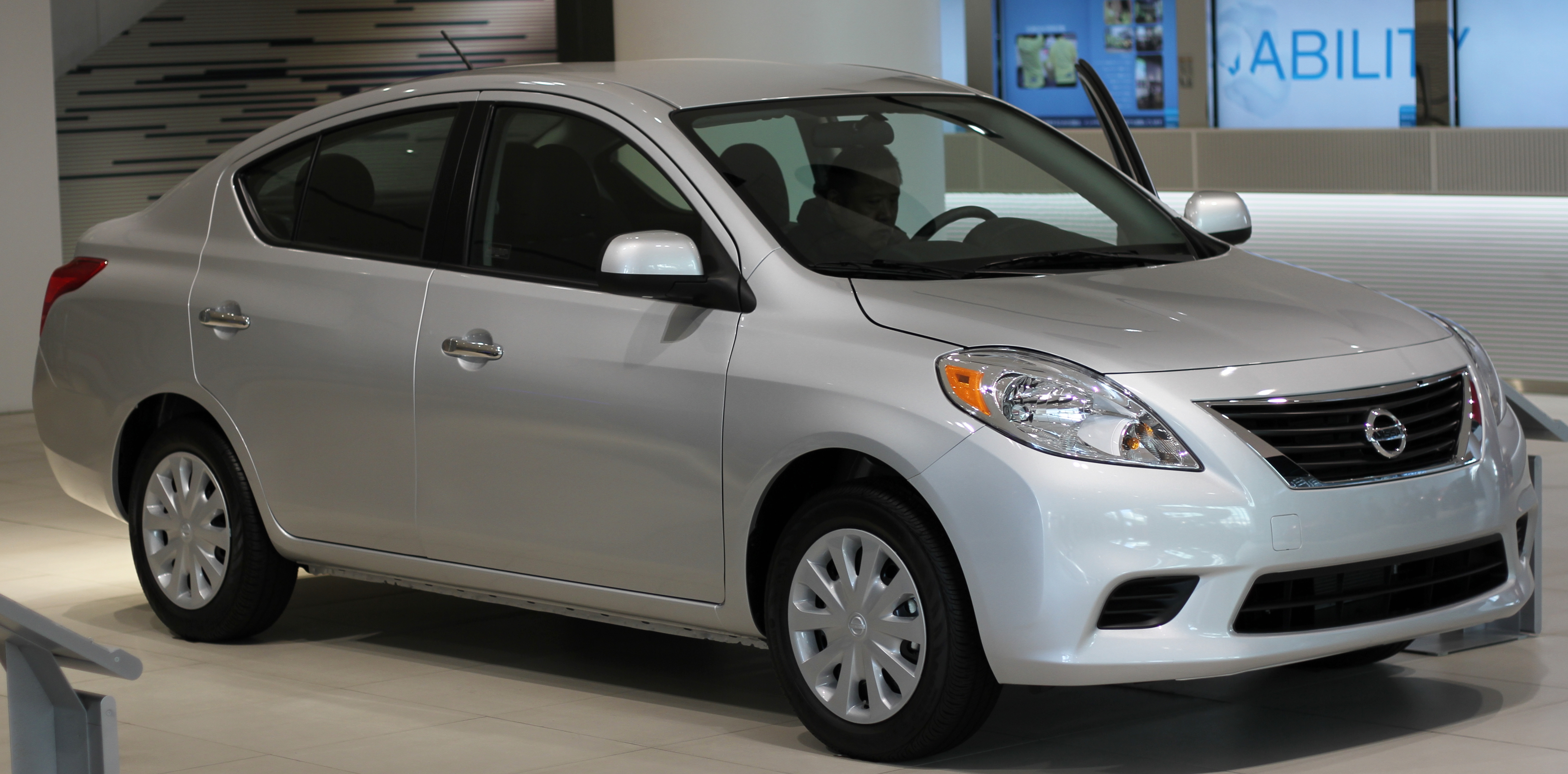 File Nissan Versa Sedan N17 1 6sv Jpg Wikimedia Commons