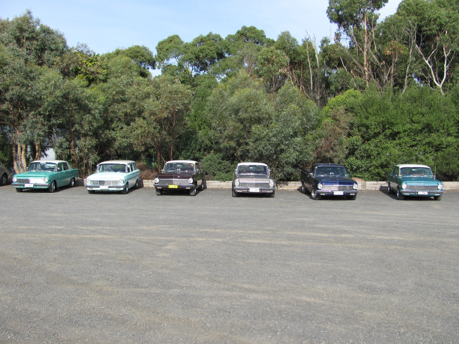 File:Old cars at Phillip Island racing carpark OIC.jpg - Wikimedia ...