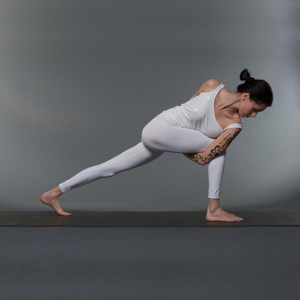 Description Parivrtta-Baddha-Parsvakonasana Yoga-Asana Nina-Mel jpgParivrtta Parsvakonasana