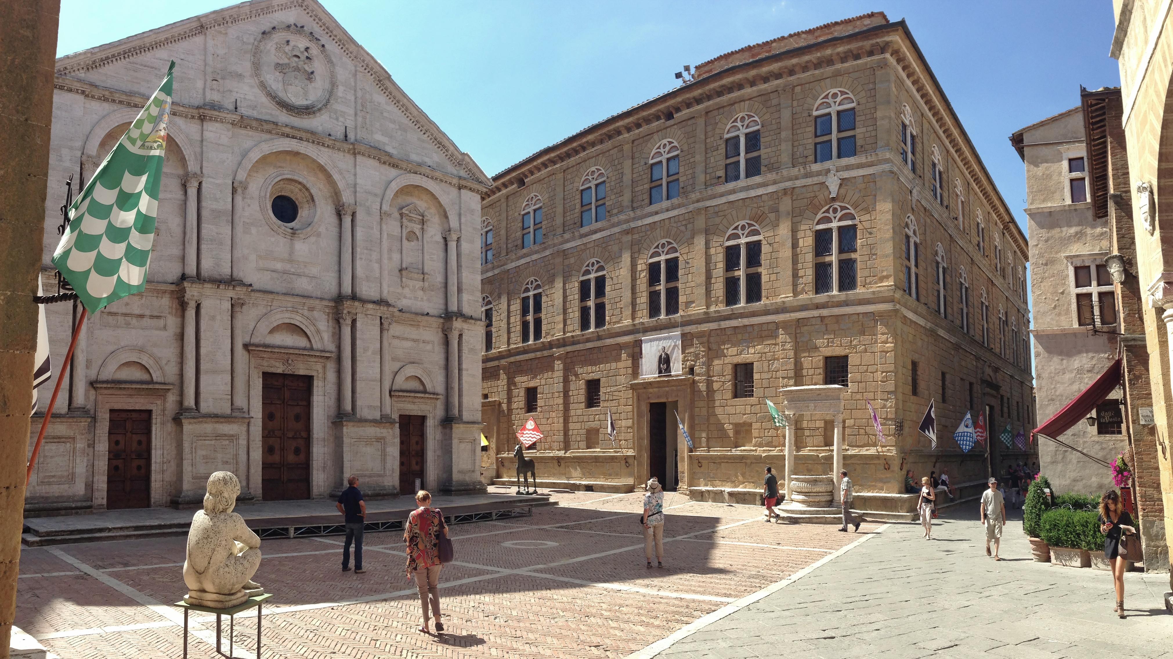 Pienza Piazza Pio II.JPG