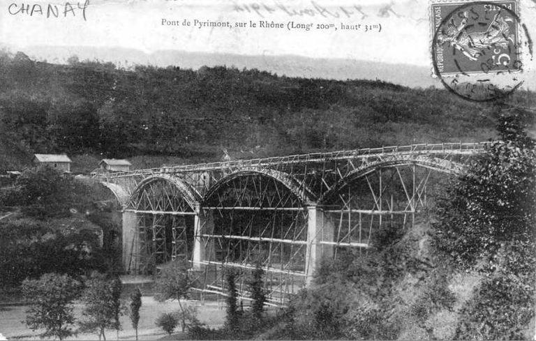 Carte postale représentant la construction du premier pont de Pyrimont (ou viaduc de Pyrimont) en 1905.   Construit de 1905 à 1907.  Inauguré en 1907.  Détruit en 1940 par l'armée française pour retarder l'avancée de l'armée allemande.
