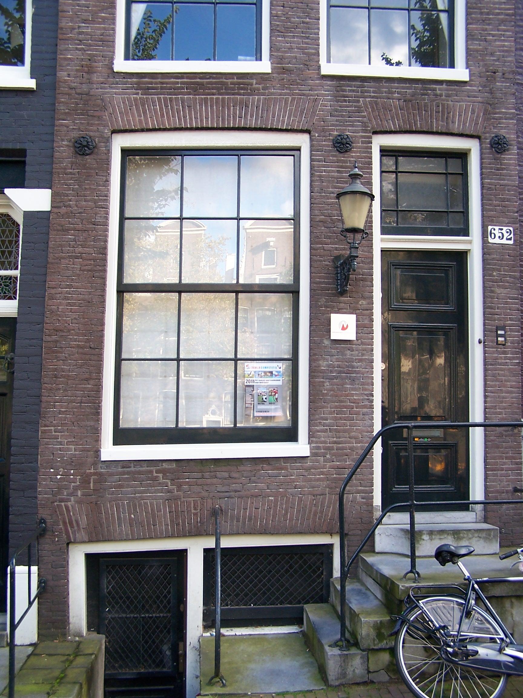 Huis met gevel onder rechte lijst en dakkapel in amsterdam for Lijst inrichting huis