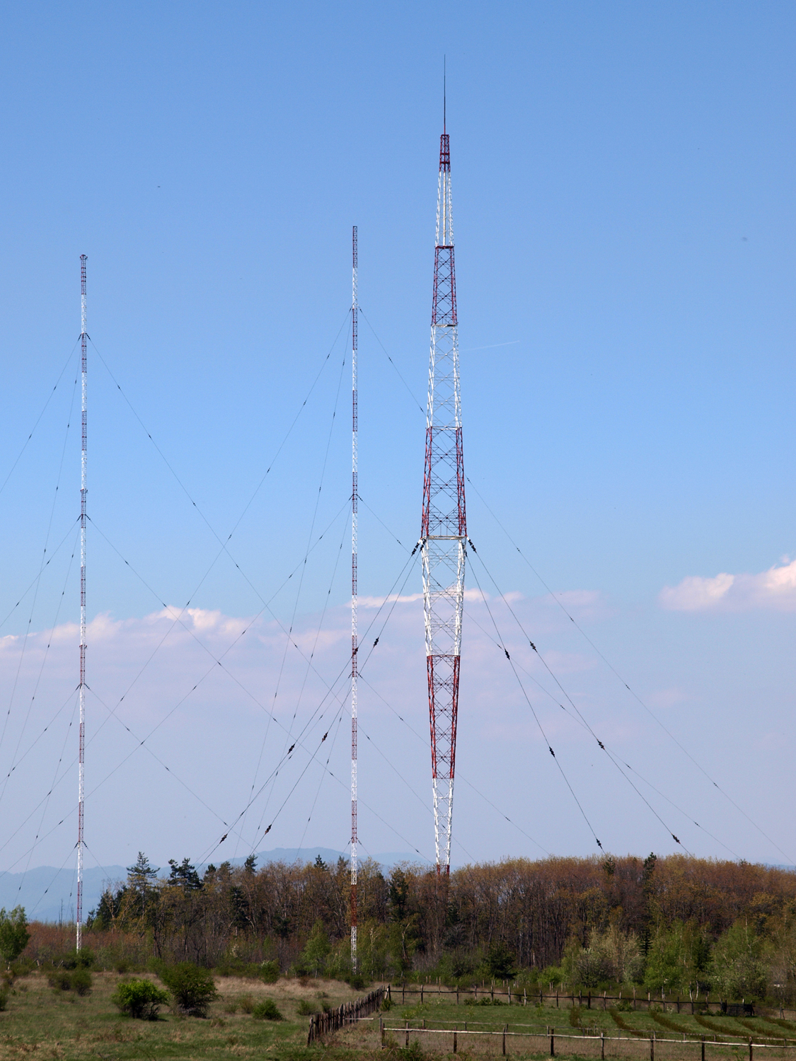 external image Radio-transmitter-antena-at-Vakarel.jpg