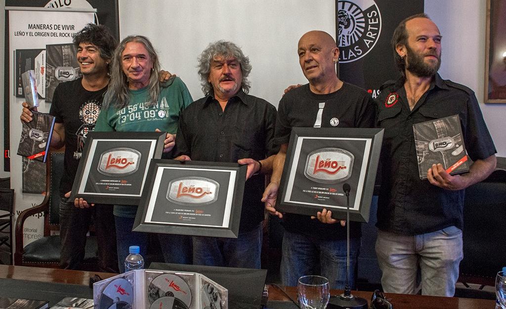 Tony Urbano (el segundo por la derecha), en la presentación de la biografía de Leño (2013)