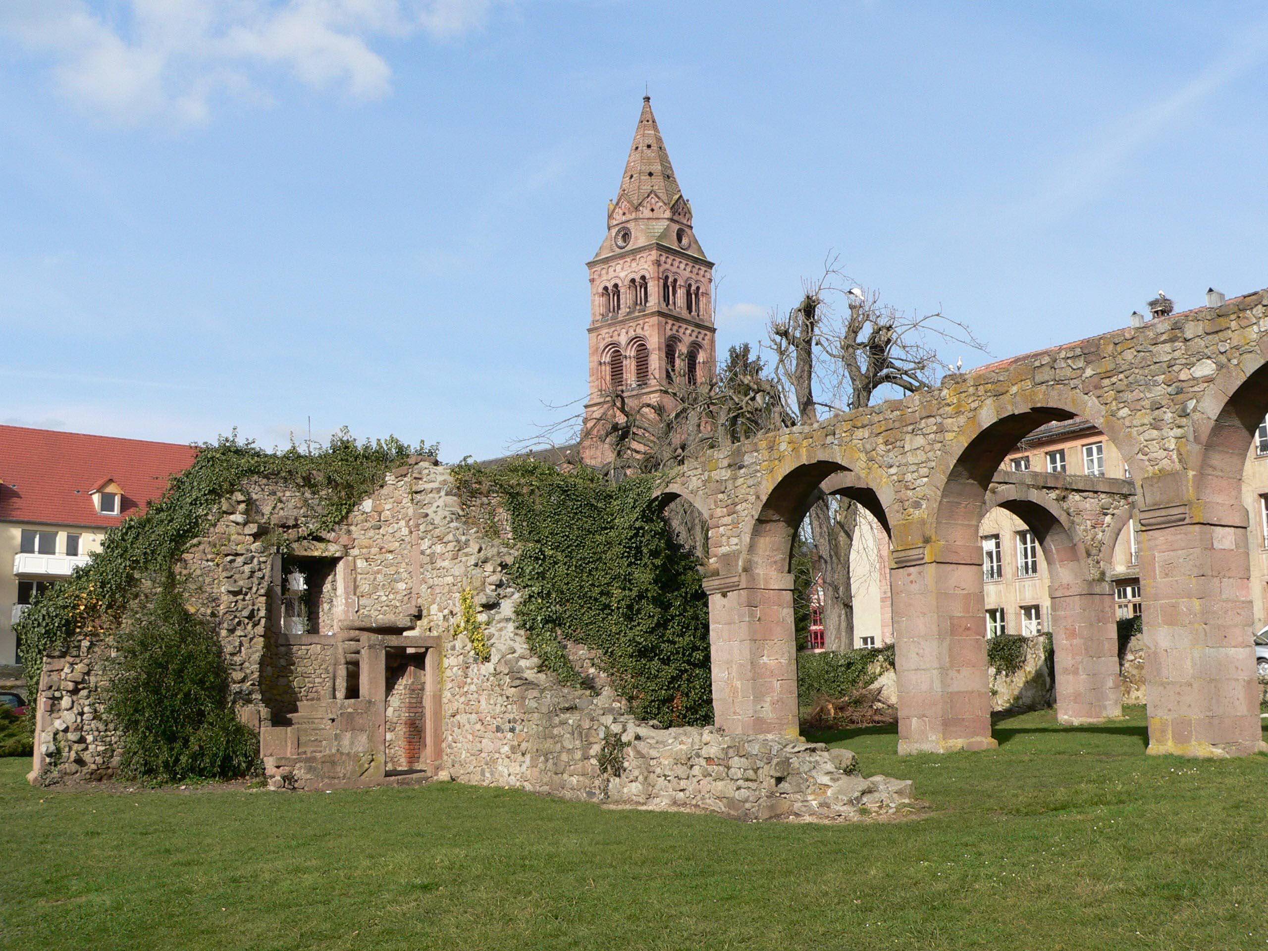 https://upload.wikimedia.org/wikipedia/commons/a/ab/Ruines_1.jpg?uselang=fr