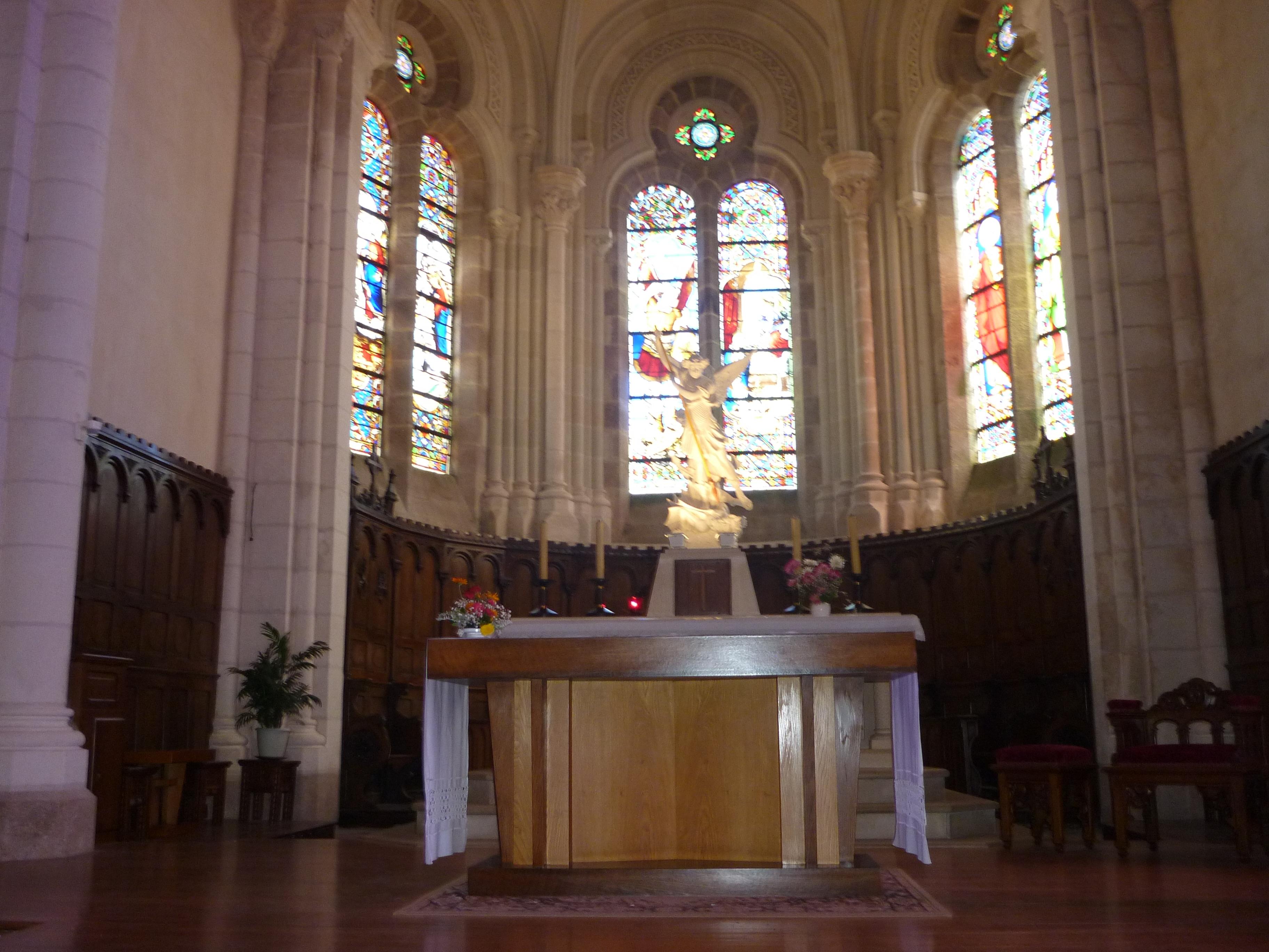 File saint michel mont mercure glise int rieur 1 jpg for Mont saint michel interieur