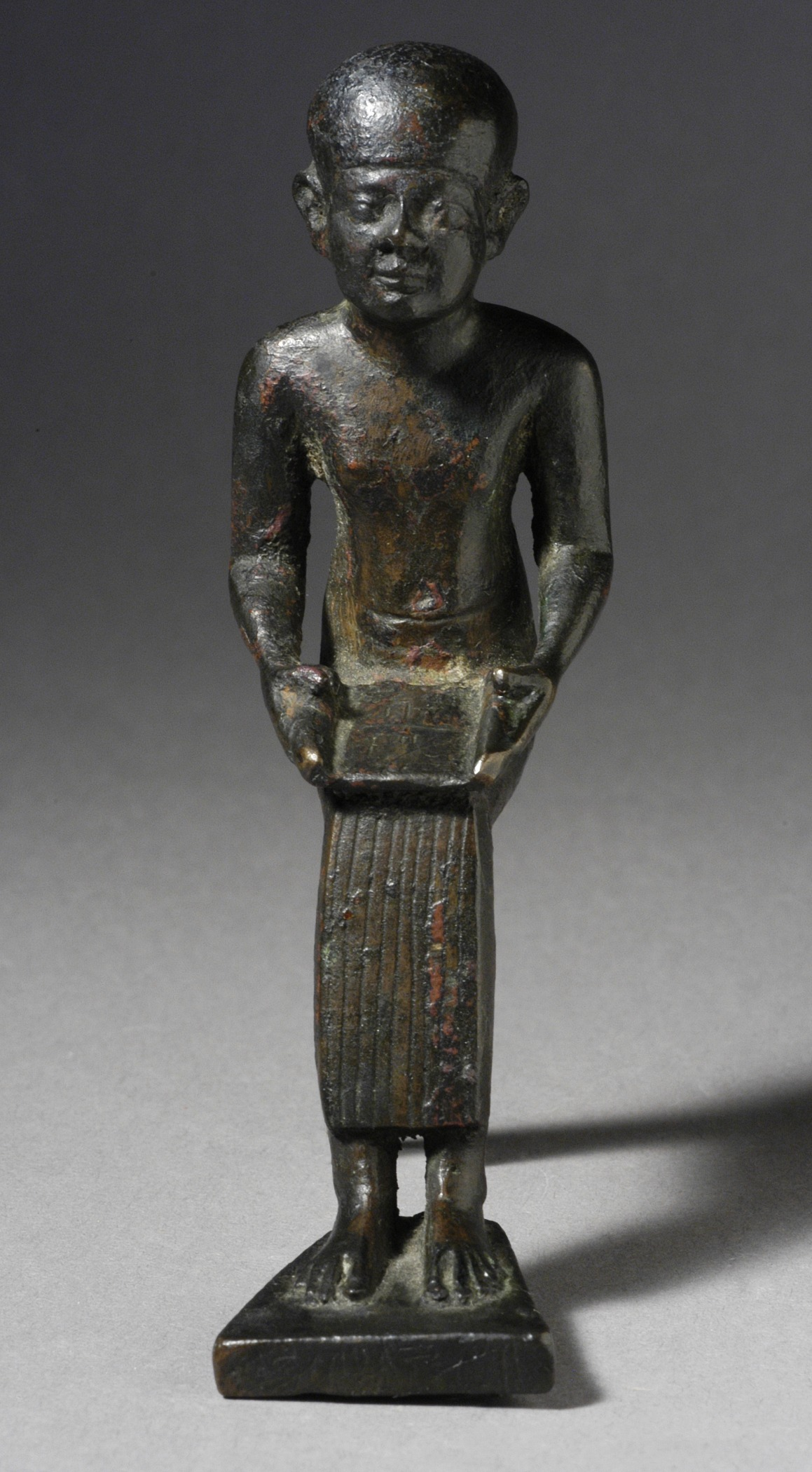 File seated figure of the god imhotep holding a scroll for Imhotep architecte