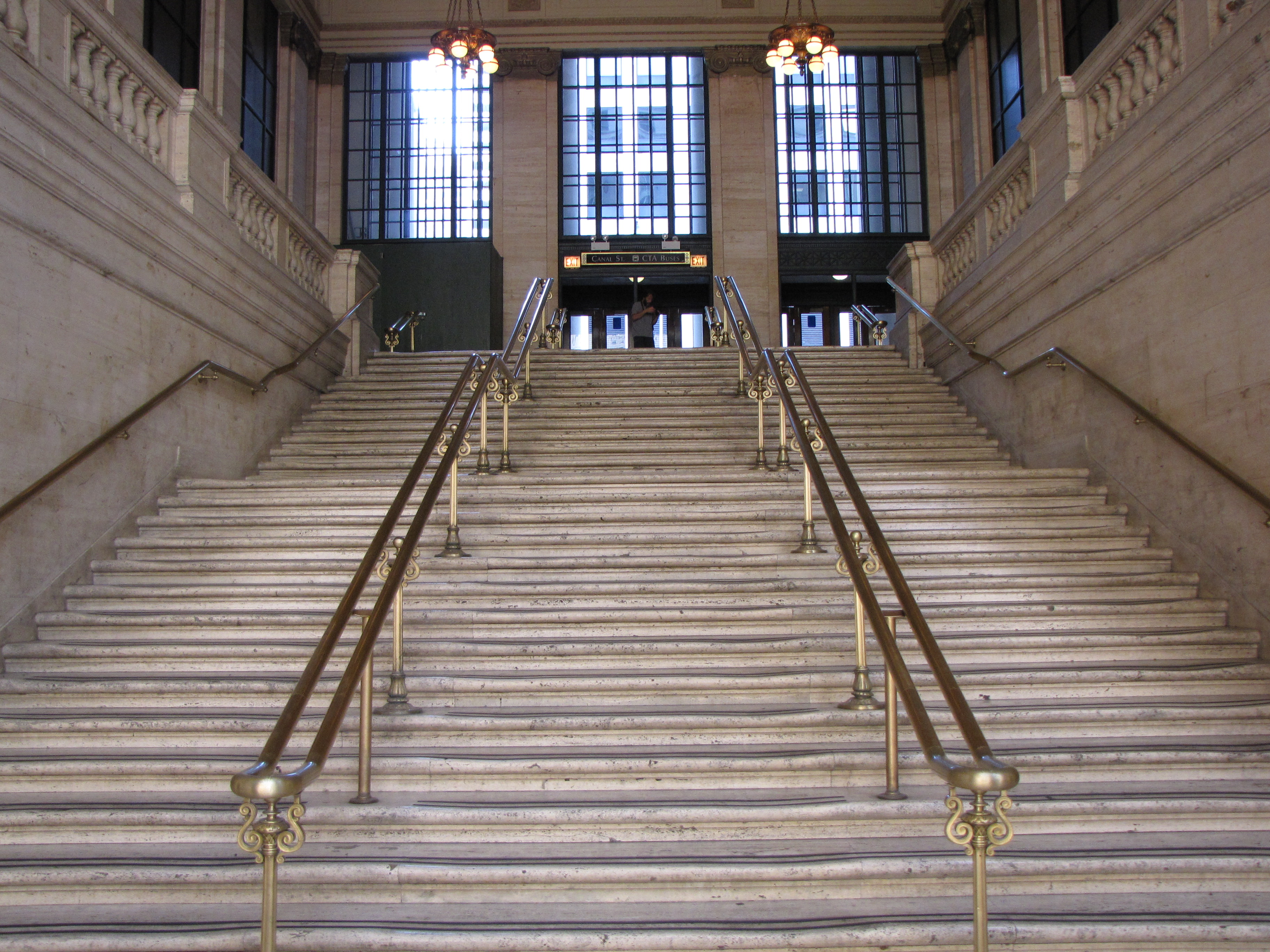 Fichier:Stairs leading out of main hall, Chicago Union Station.jpg ...