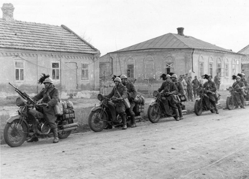 1941. Итальянские мотоциклисты-берсальеры в пригороде Сталино