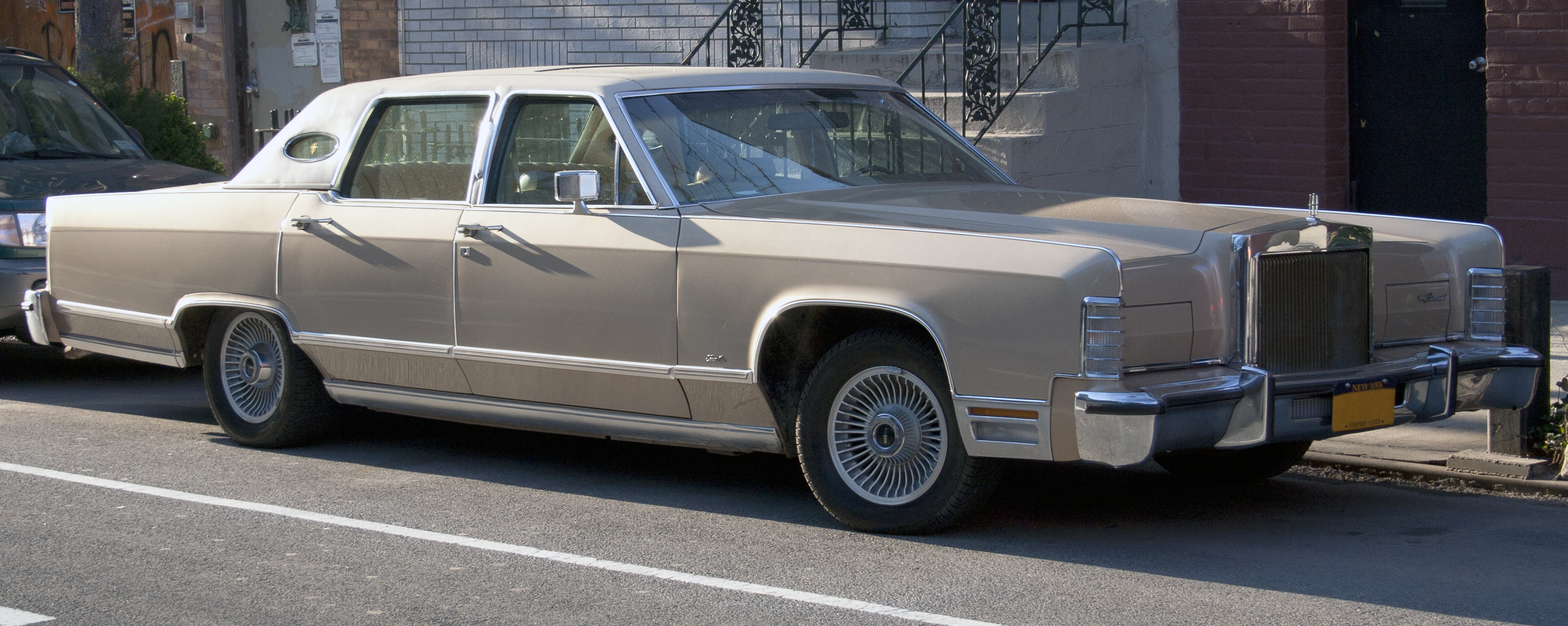 File 1979 Lincoln Town Car In Fading Sun Jpg Wikimedia Commons
