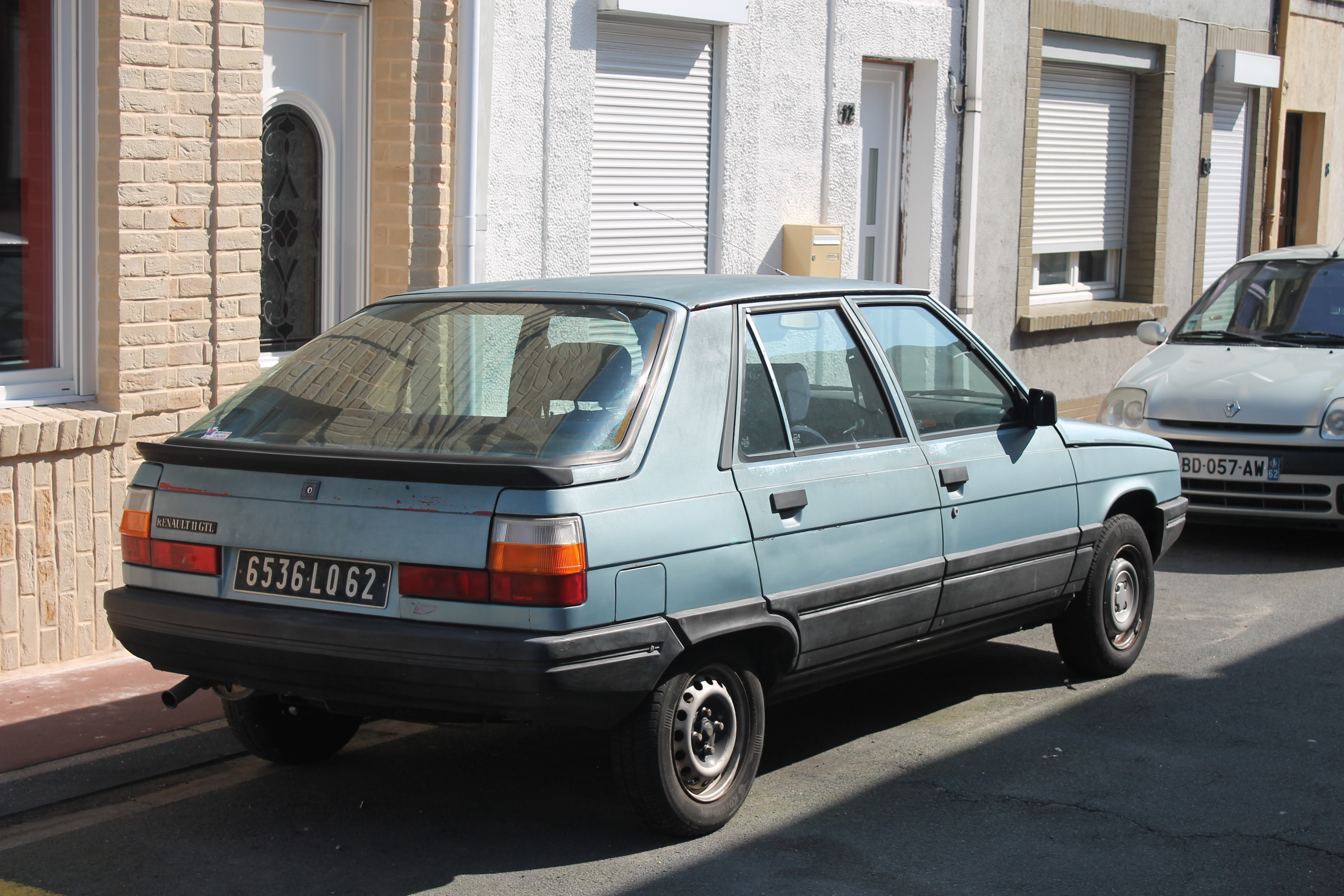 T5660 201 Aston Martin Suv in addition File 1984 Renault 11 GTL  15225597349 further File Clio III sport besides 3 further File 1993 Renault Clio Baccara 1 8i 3dr. on renault clio 1 2
