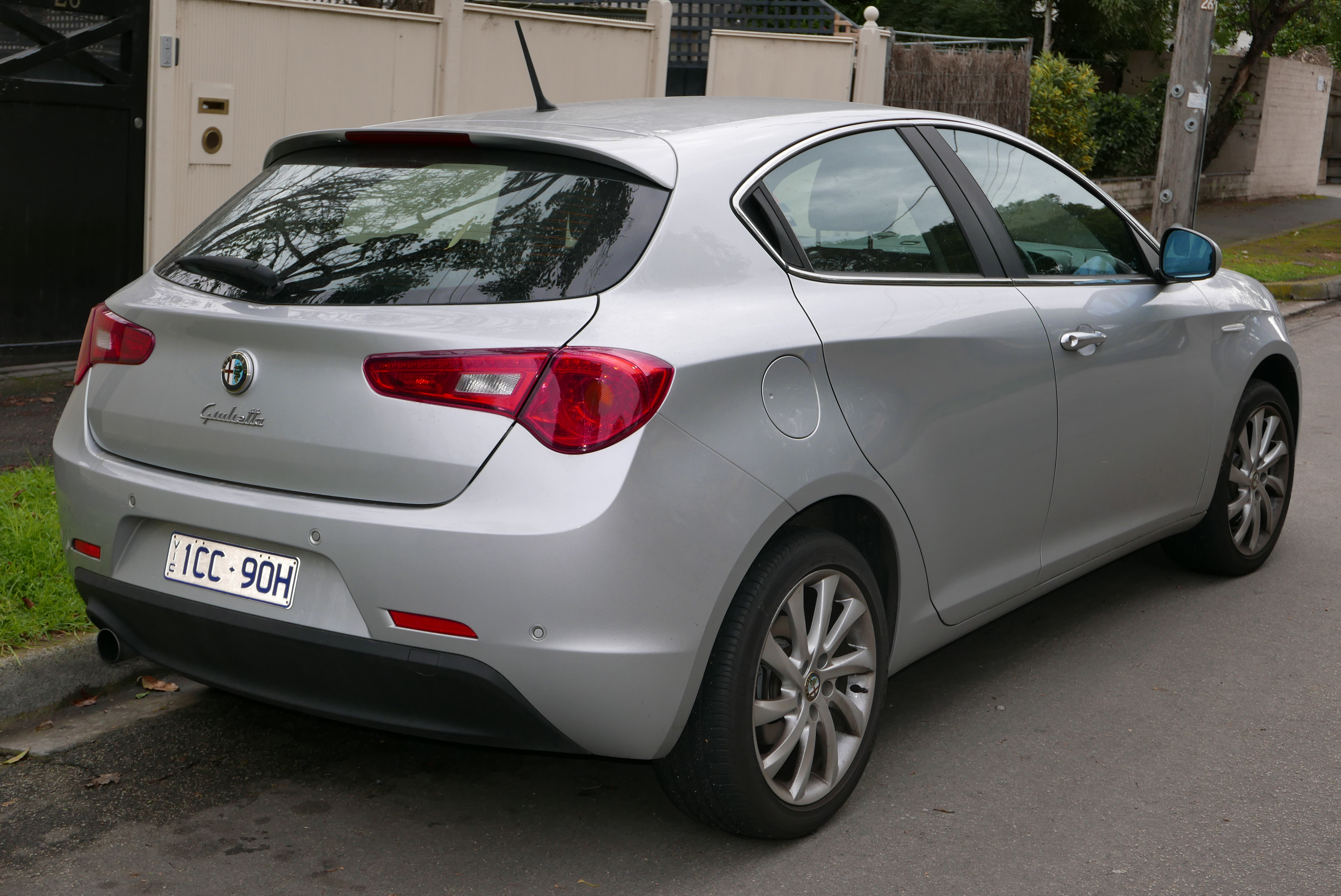 file:2012 alfa romeo giulietta (940 my12) distinctive hatchback