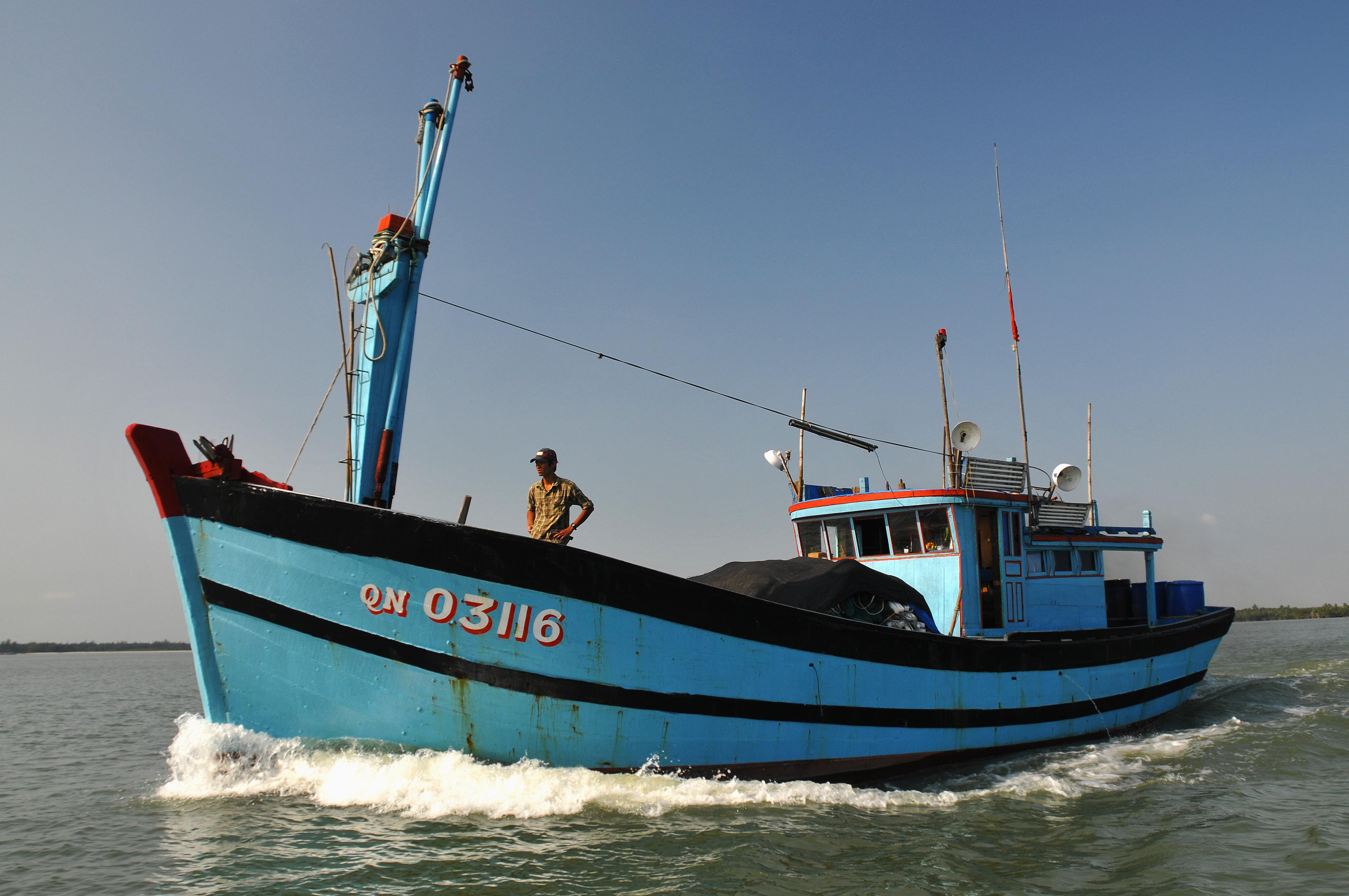 Description a fishing boat on the thu bon river, vietnam