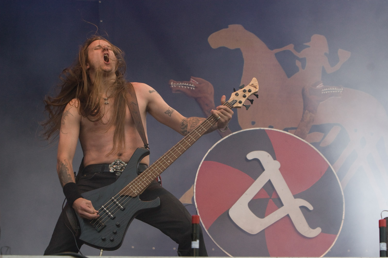 http://upload.wikimedia.org/wikipedia/commons/a/ac/Amon_Amarth-1001-Ted_Lundstr%C3%B6m.jpg