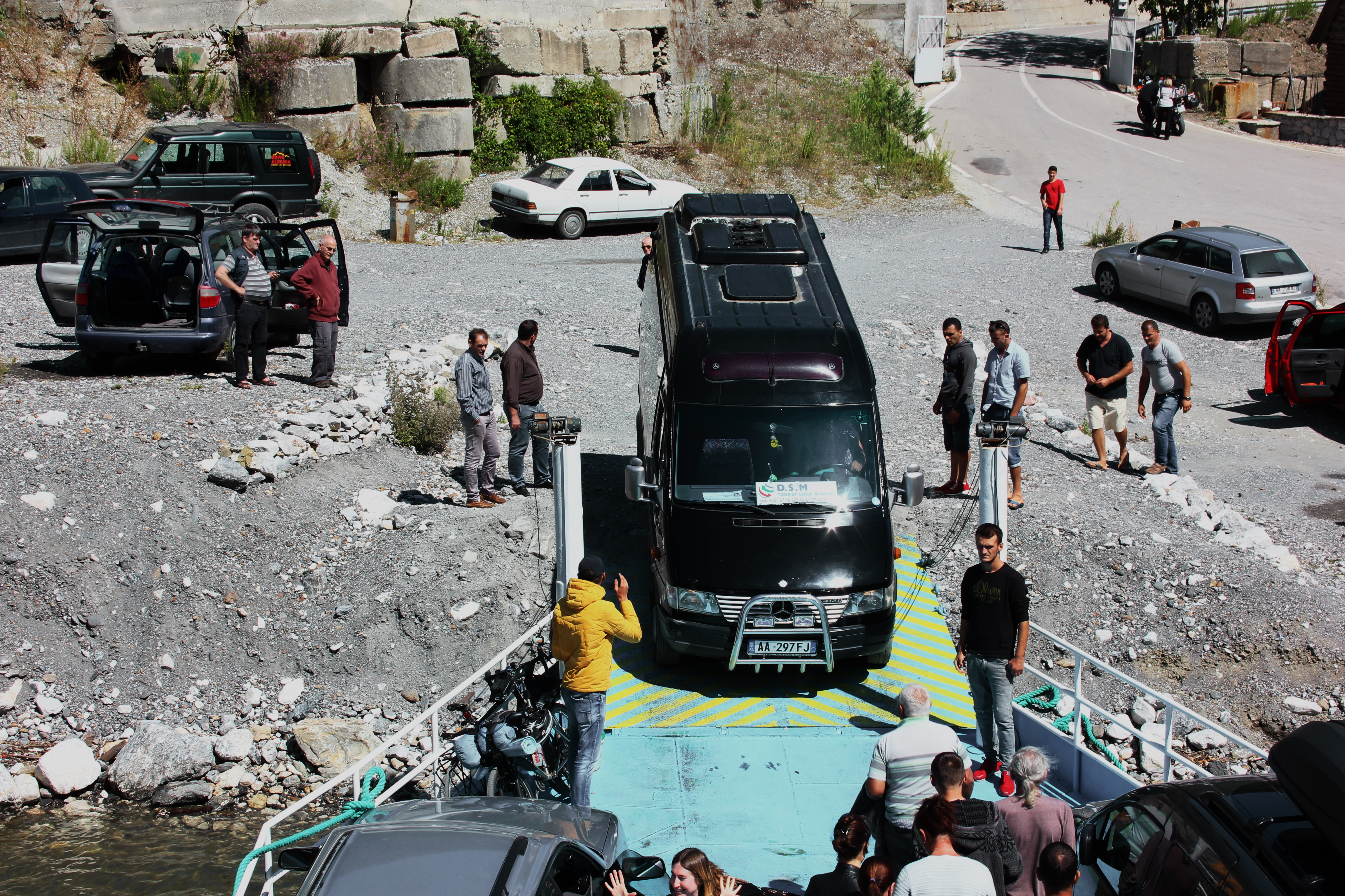File Autos Fahren Von Der Fahre Am Komani See Jpg Wikimedia Commons